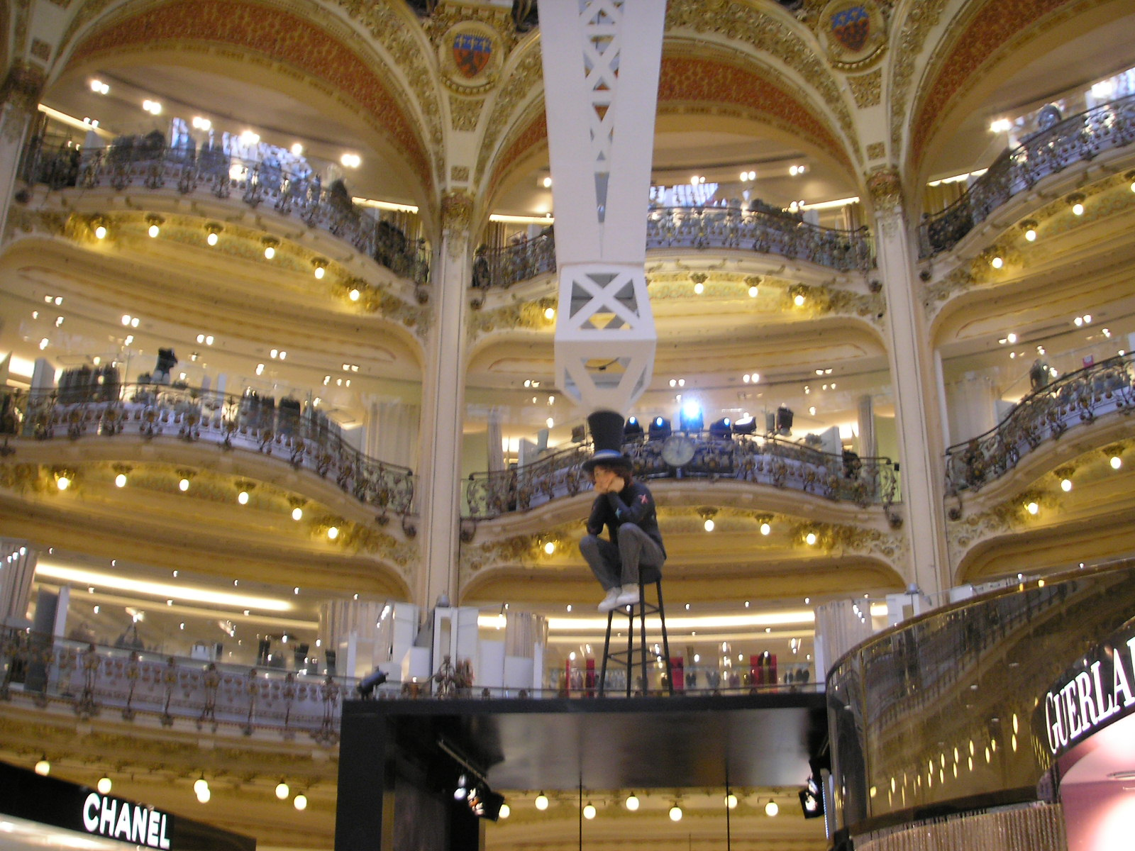 https://upload.wikimedia.org/wikipedia/commons/0/03/Galeries_Lafayette_Paris_interieur_Oct_2007_004.jpg