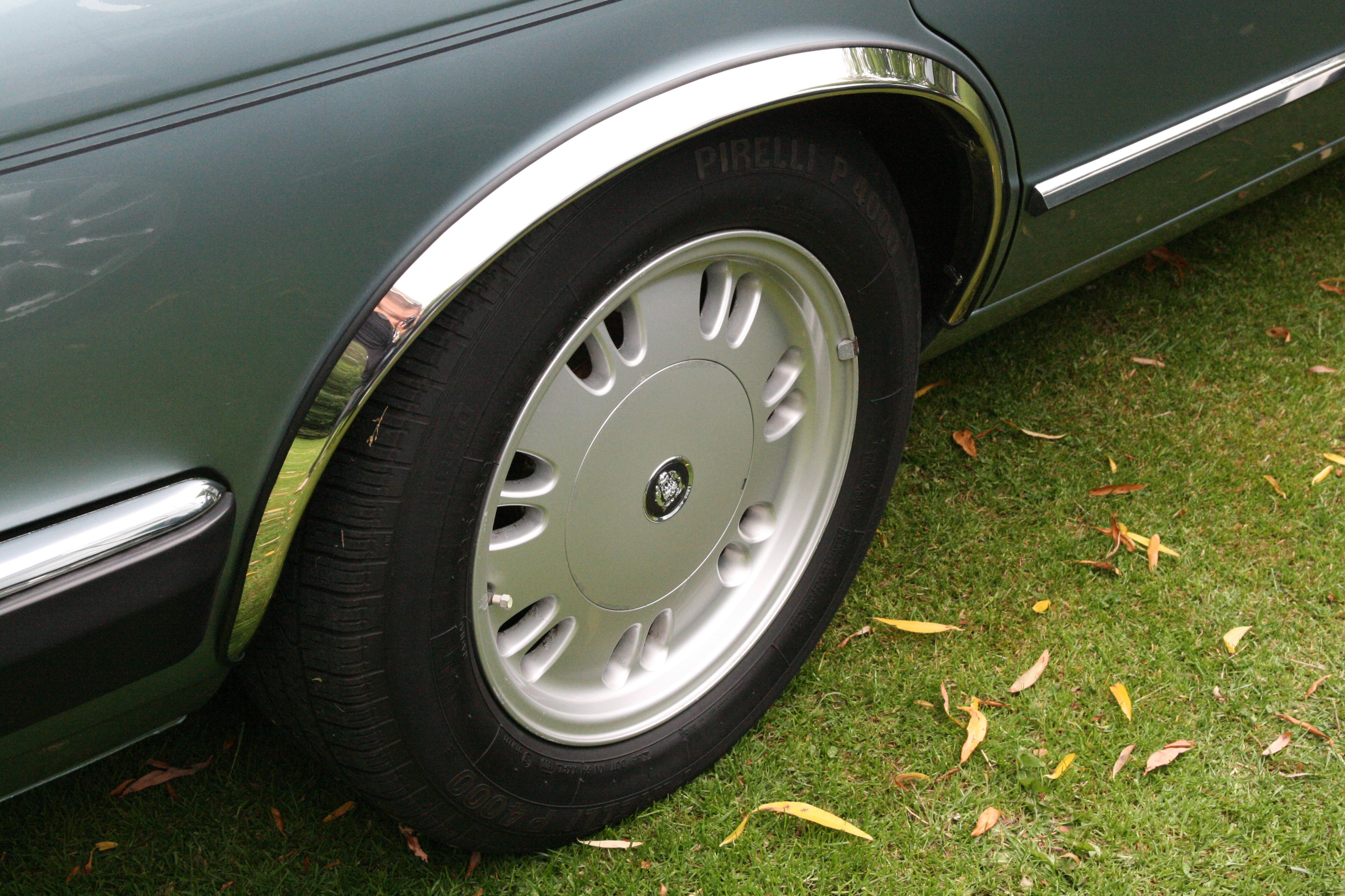 "Description Jaguar XJ Kiwi (7x16"", with lug nut cap) alloy wheel.jpg"