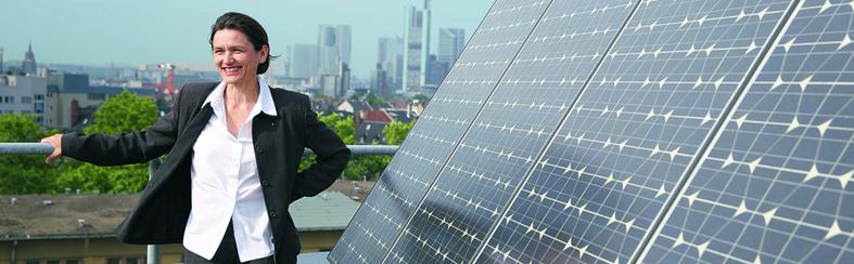 Martina Klärle vor Solardach (Foto: Wikipedia)