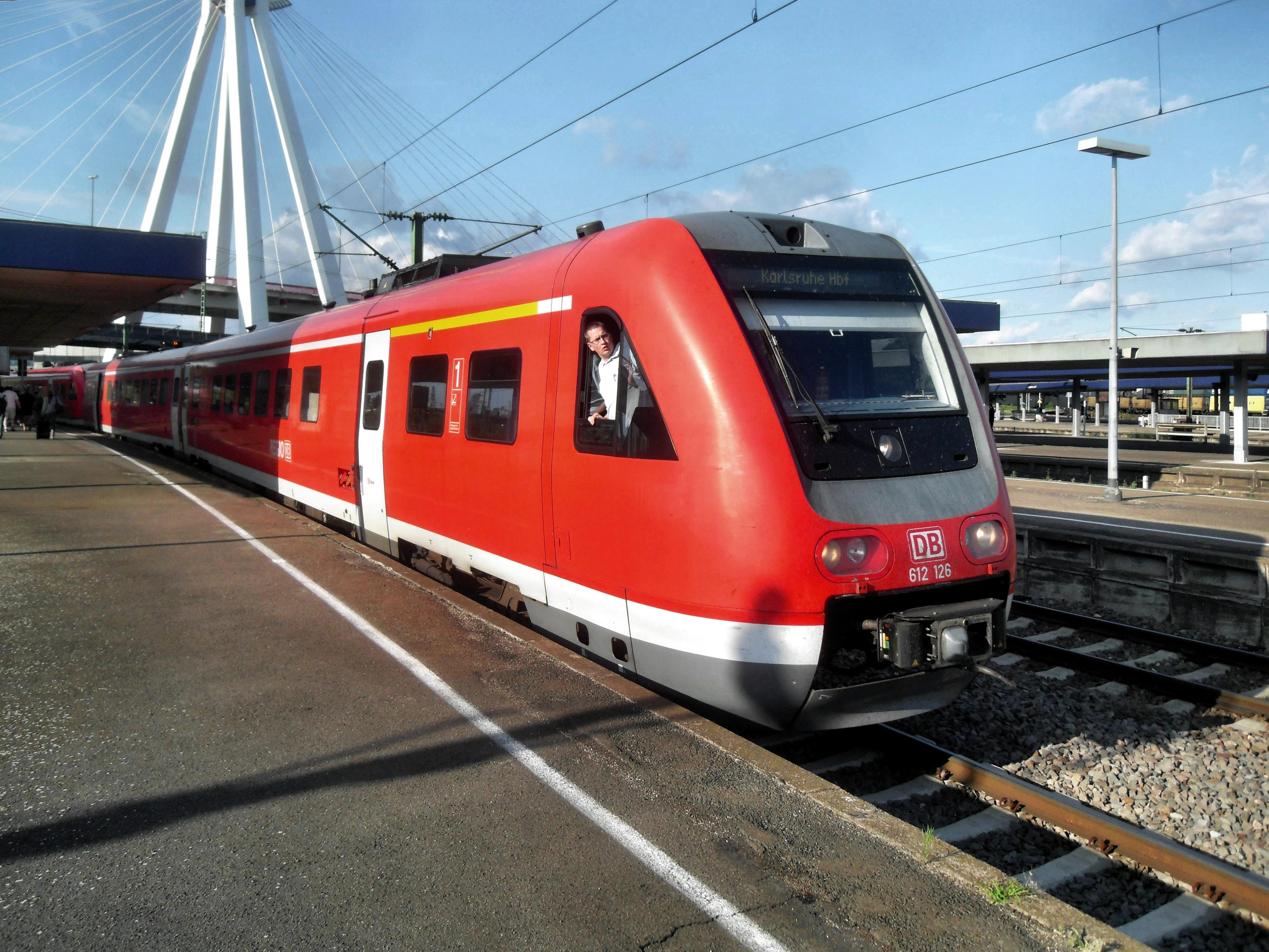 Ludwigshafener (Rhein) Hauptbahnhof- auf Bahnsteig zu Gleis 9- Richtung Mainz (RE 612 126) 1.6.2009.JPG