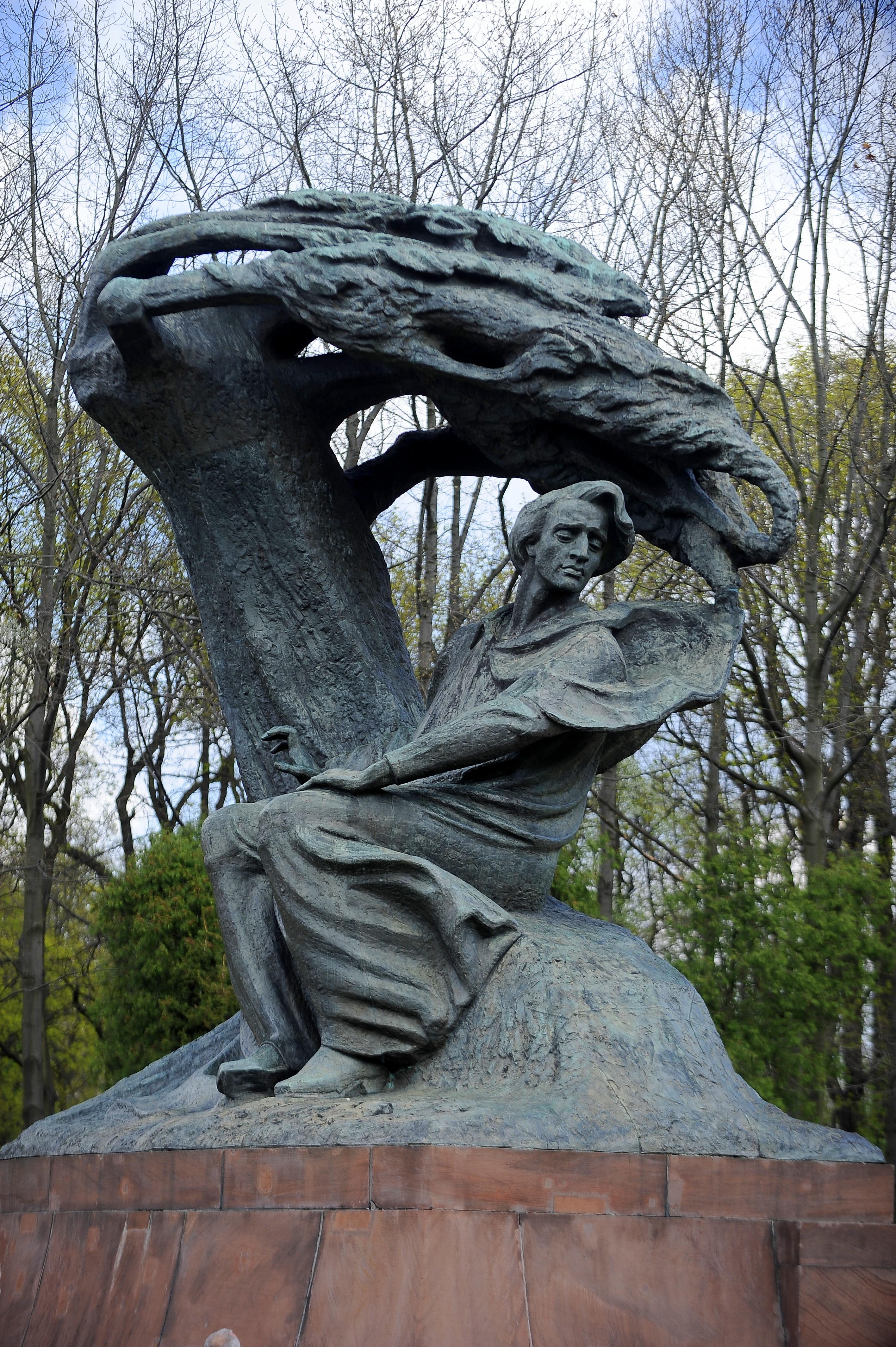 https://upload.wikimedia.org/wikipedia/commons/0/03/Pomnik_Chopina_w_Warszawie.jpg