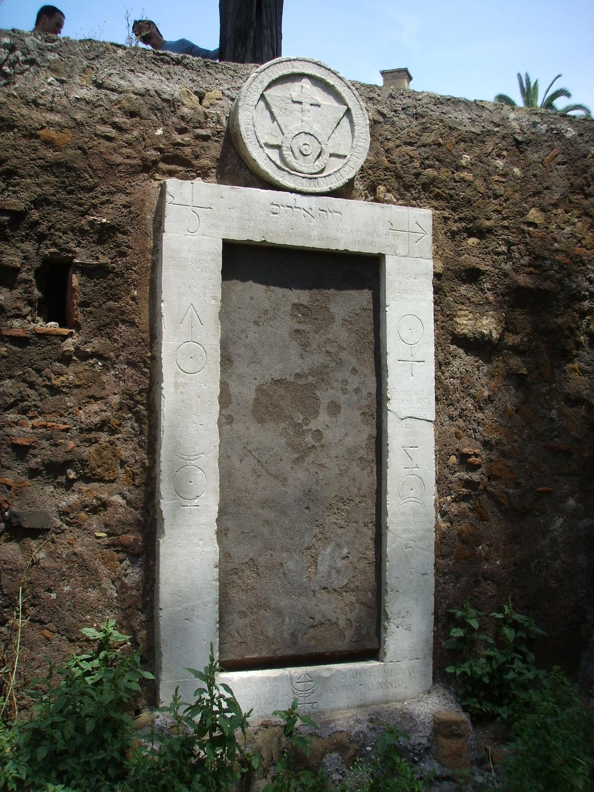 File porta magica 3 jpg wikimedia commons - Porta magica piazza vittorio ...