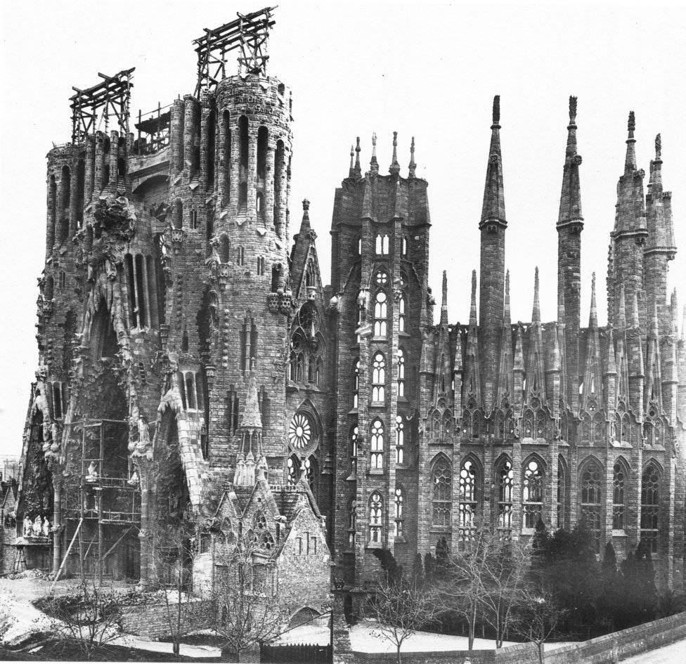 > L'église de la Sagrada Familia de Barcelone déjà en construction en 1908.