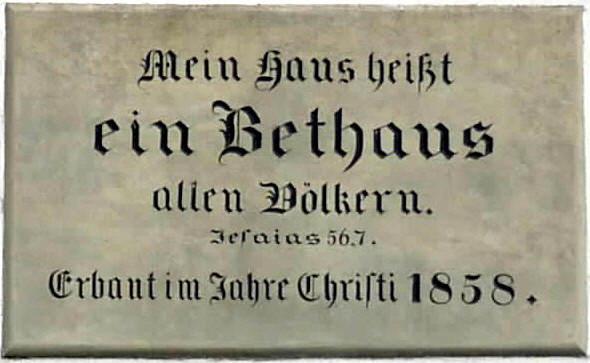 Sandsteintafel im Giebel des Bethauses