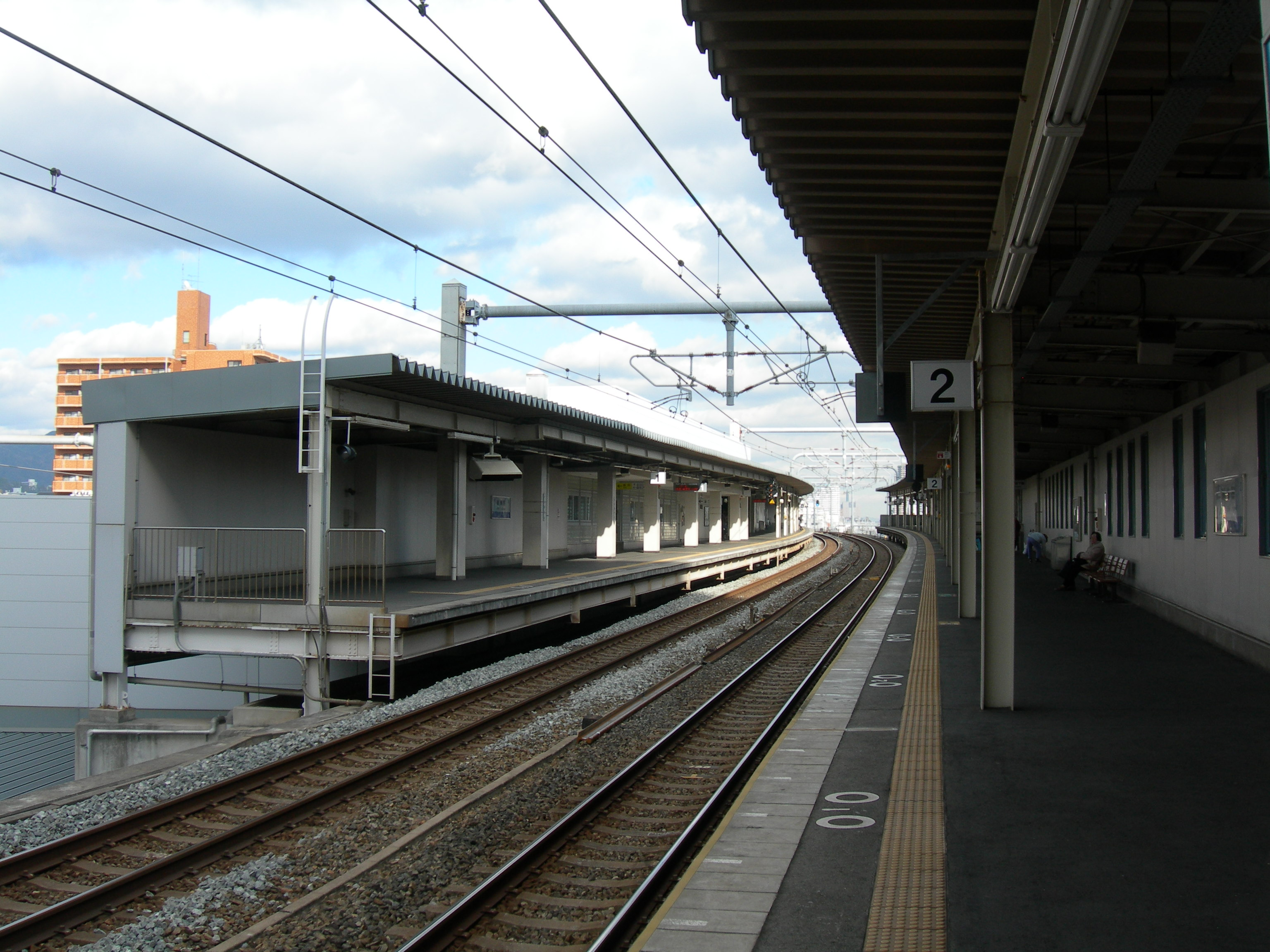 https://upload.wikimedia.org/wikipedia/commons/0/03/Shinnagata-StationPlatform.JPG