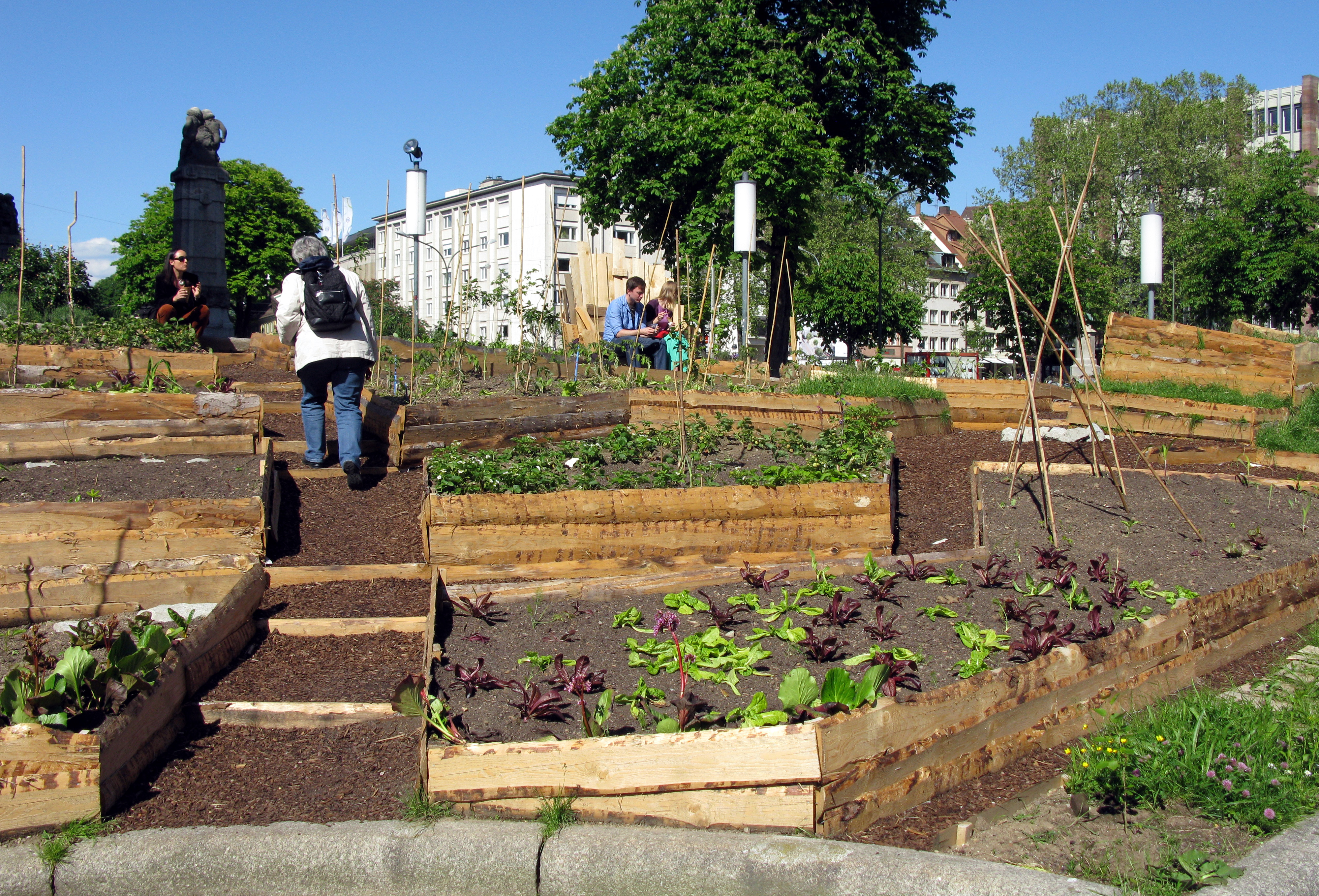 file urban gardening vor dem theater wikimedia commons. Black Bedroom Furniture Sets. Home Design Ideas
