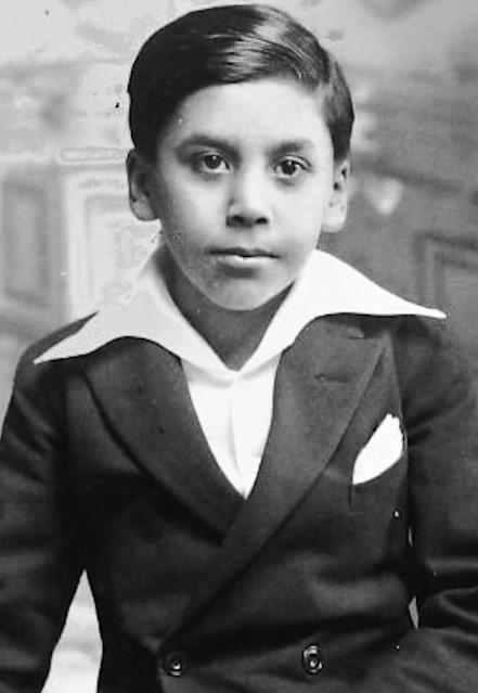 """Vicente Bianchi inició su carrera artística en el programa radial """"El Abuelito"""" de radio Otto Becker de Santiago, donde fue el director de la orquesta infantil. Fotografía de 1934."""