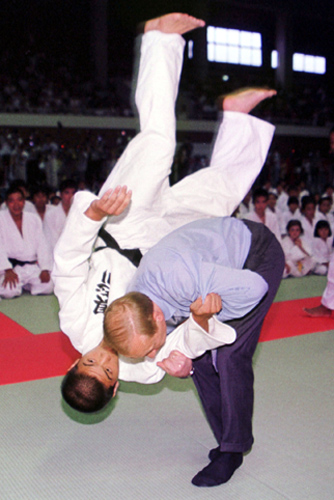 Putin practises judo with a student during a visit to Japan, at the G8 summit Vladimir Putin at G8 Summit 2000-12.jpg
