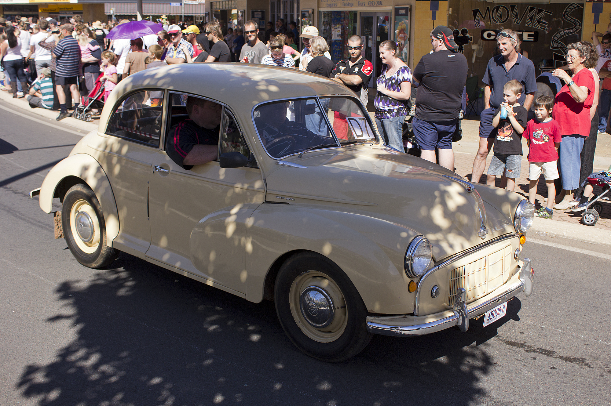 File:1952-1956 Morris Minor Series II in the SunRice Festival parade in Pine