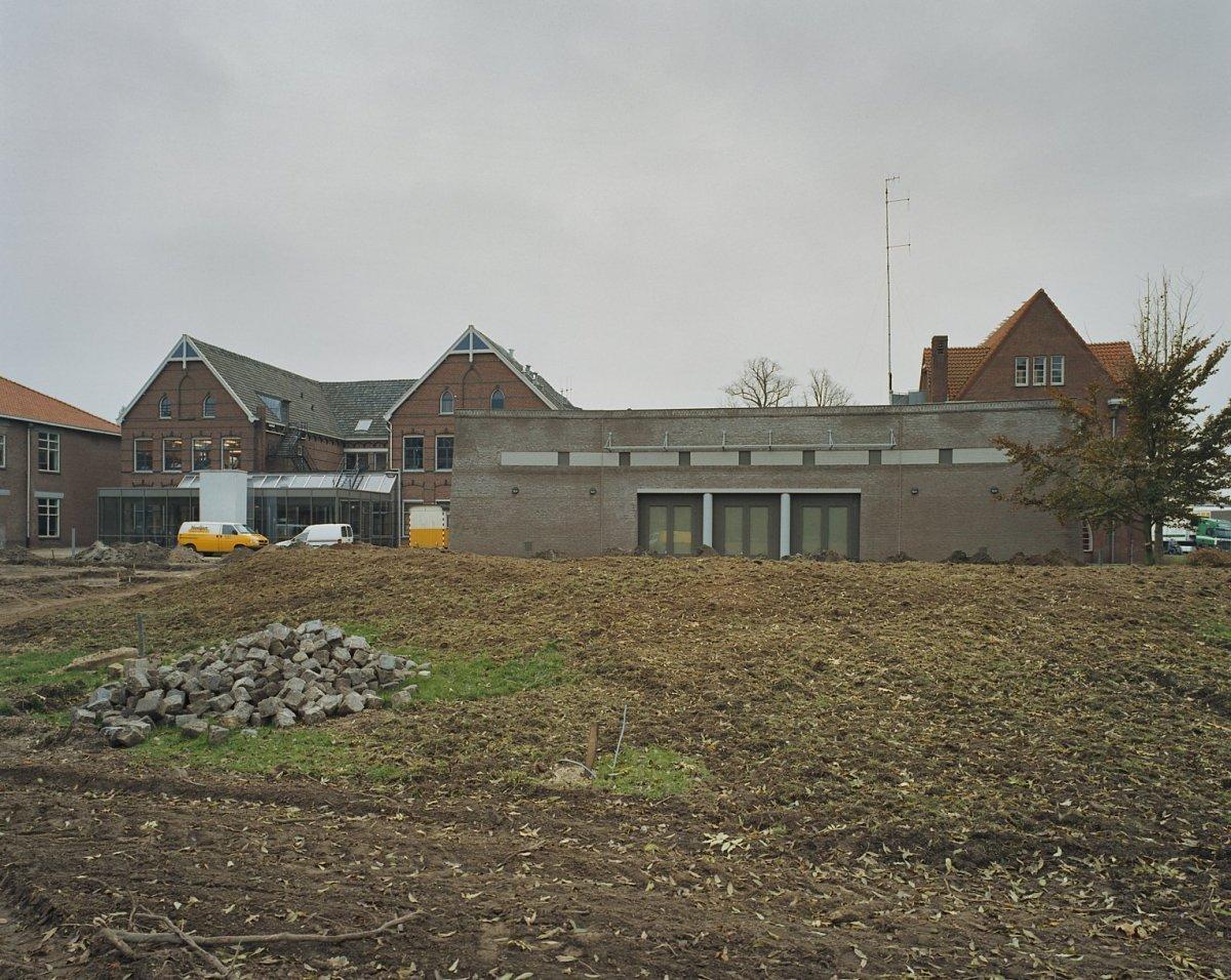 File aanzicht van het vestzaktheater uit het park met de for Glazen uitbouw