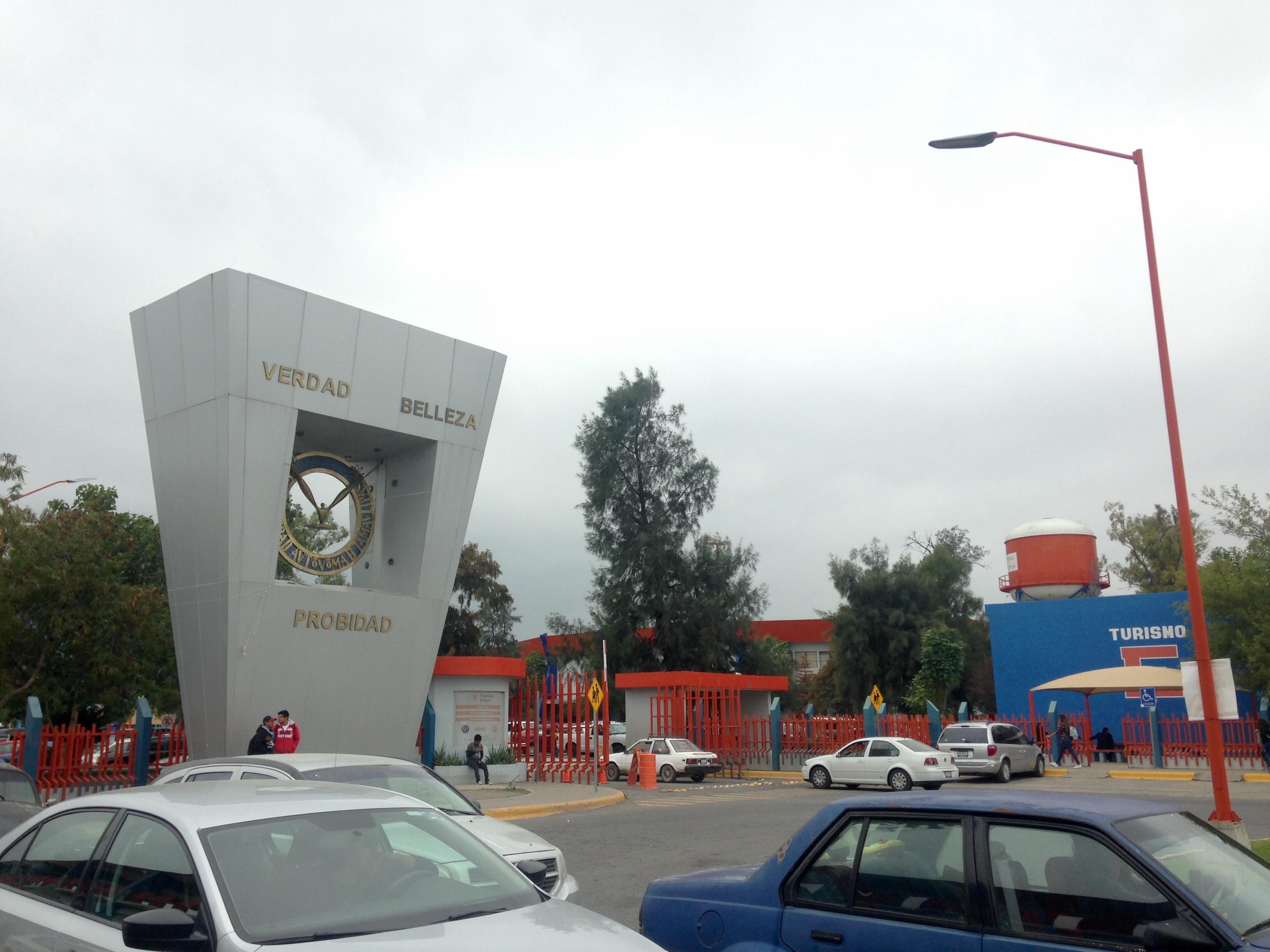 Acceso principal a las instalaciones de la UAT.