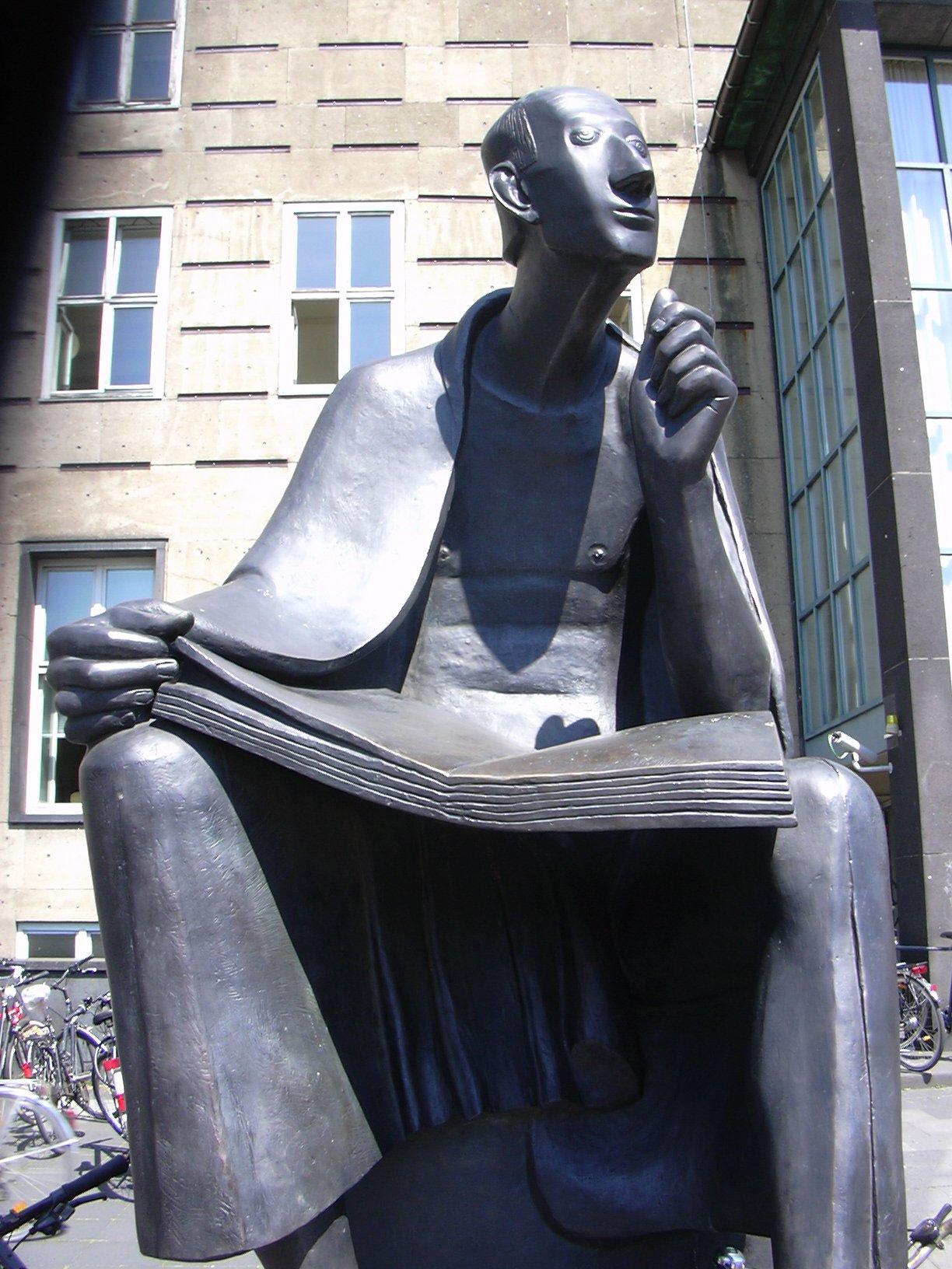 Albertus-Magnus-Denkmal vor dem Hauptgebäude