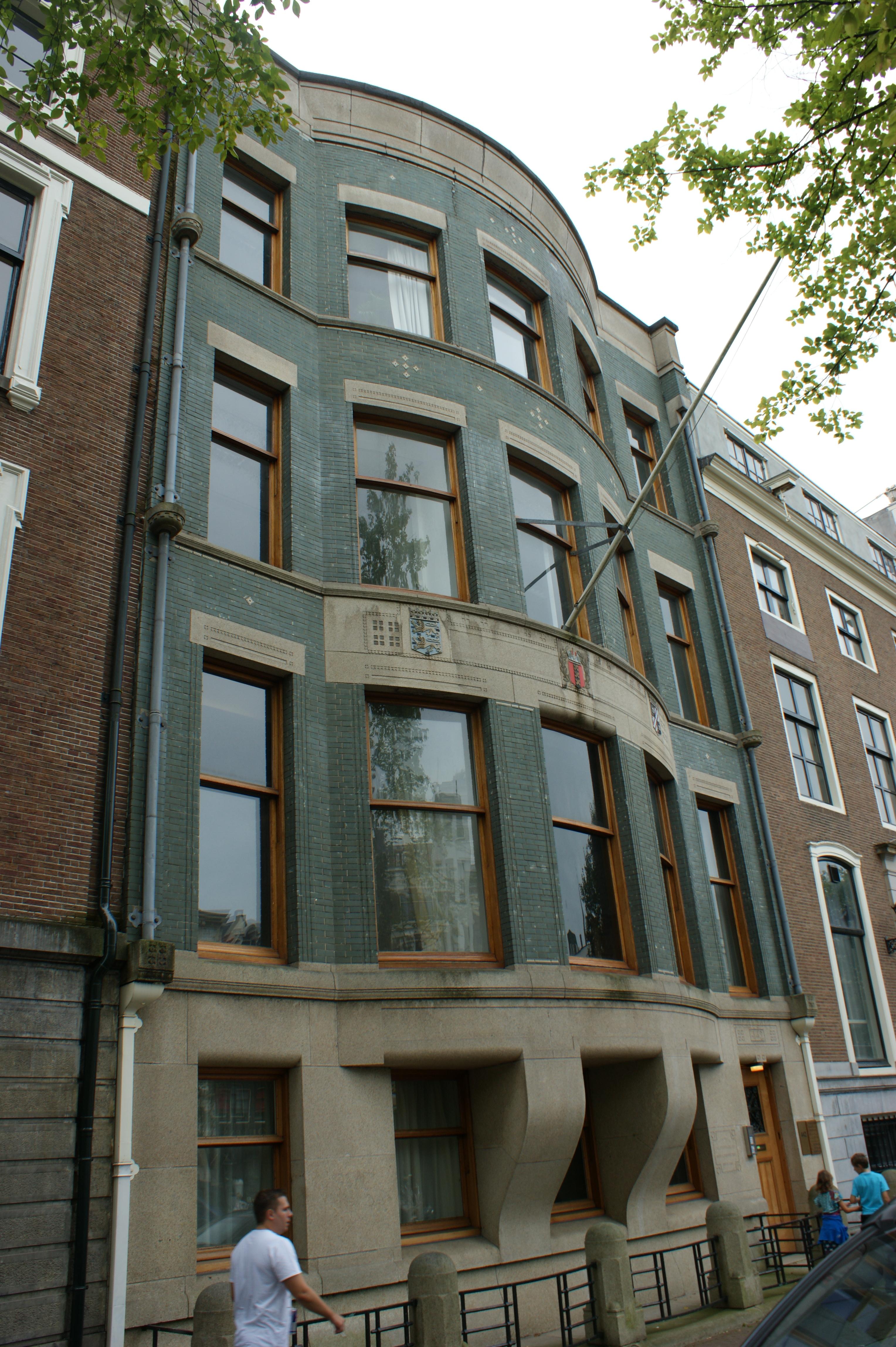 Stijl Van Amsterdam.Kantoorgebouw Met Eensgezinswoning In Een Verstrakte Art