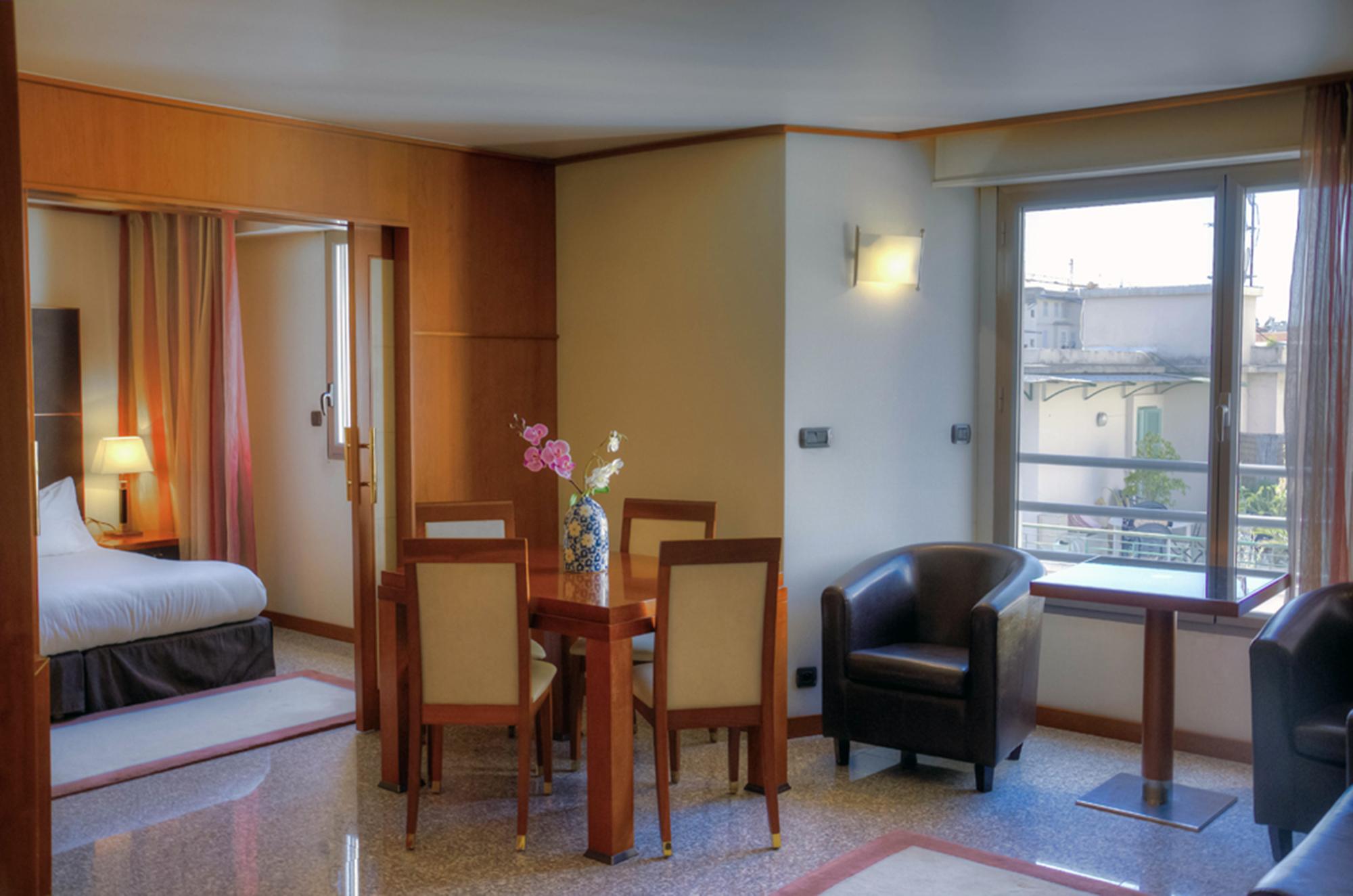 File:Apartment hotel Nice.jpg - Wikimedia Commons