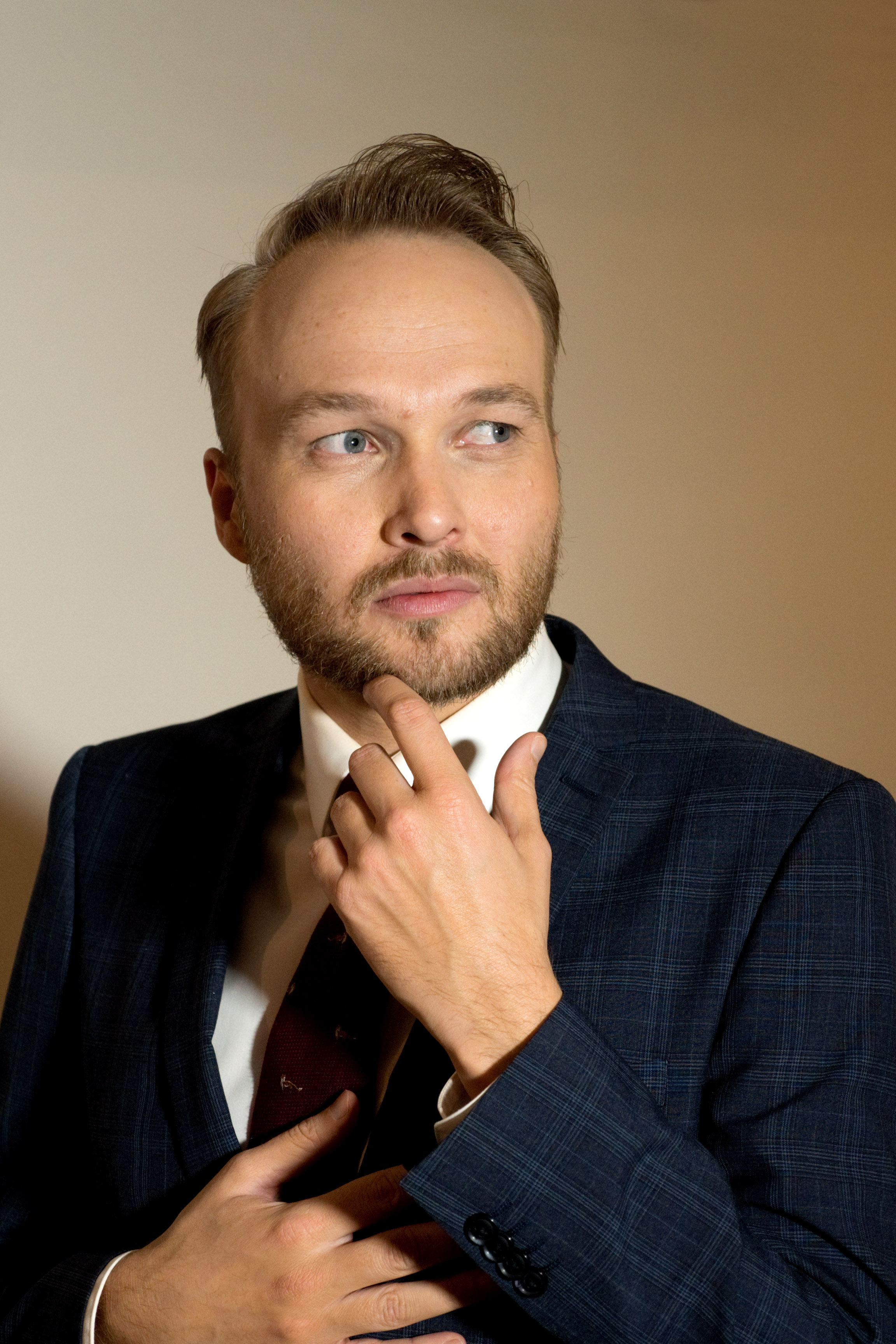 The 38-year old son of father (?) and mother(?) Arjen Lubach in 2018 photo. Arjen Lubach earned a  million dollar salary - leaving the net worth at 5 million in 2018