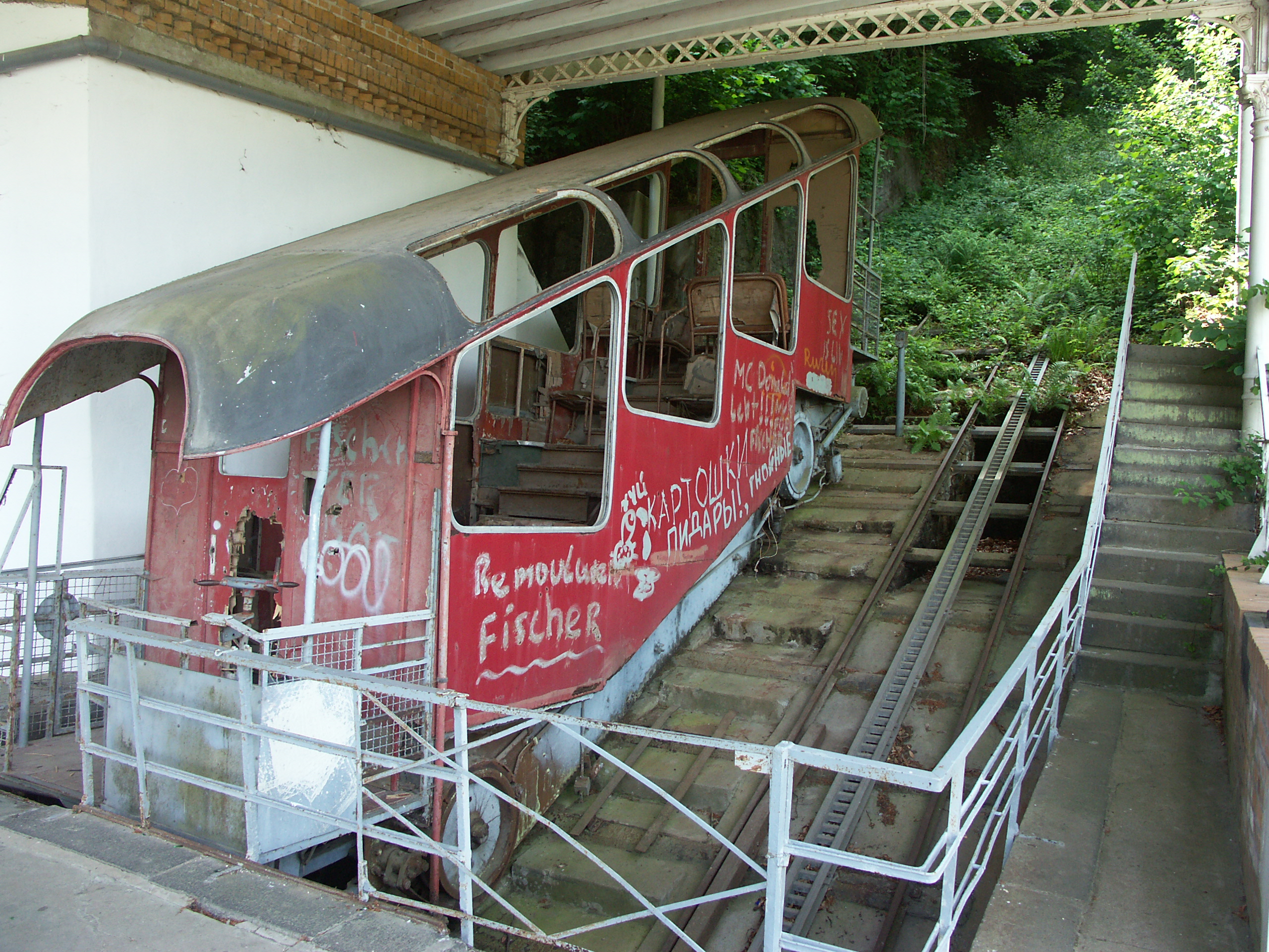 Cable car in valley station taken Jun 2008 before restoration, Author: rs-foto, Eigenes Werk CC BY-SA 3.0