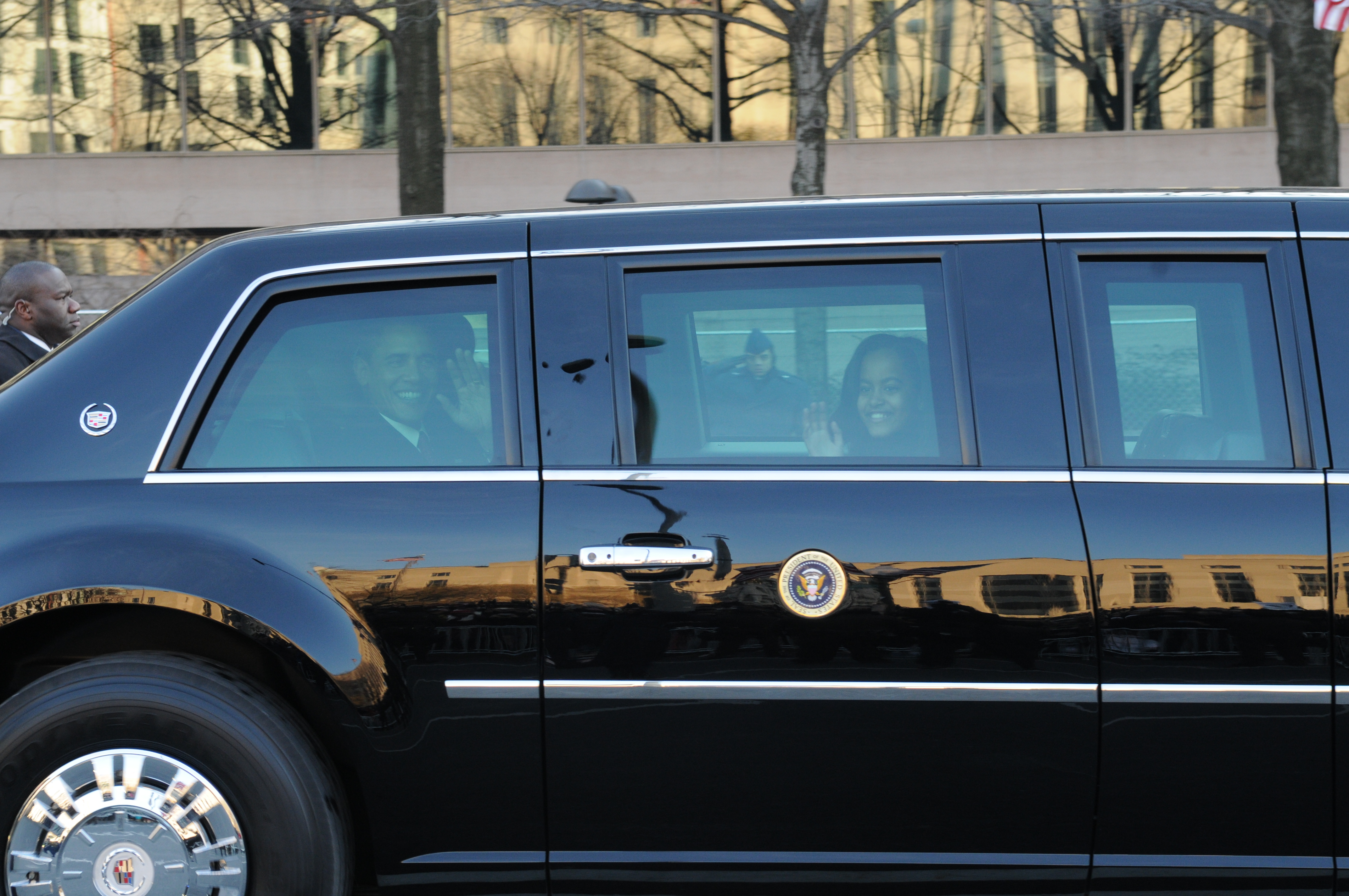 file barack obama in presidential limo at inaugural parade 090120 n 1928o 1088 jpg wikimedia. Black Bedroom Furniture Sets. Home Design Ideas