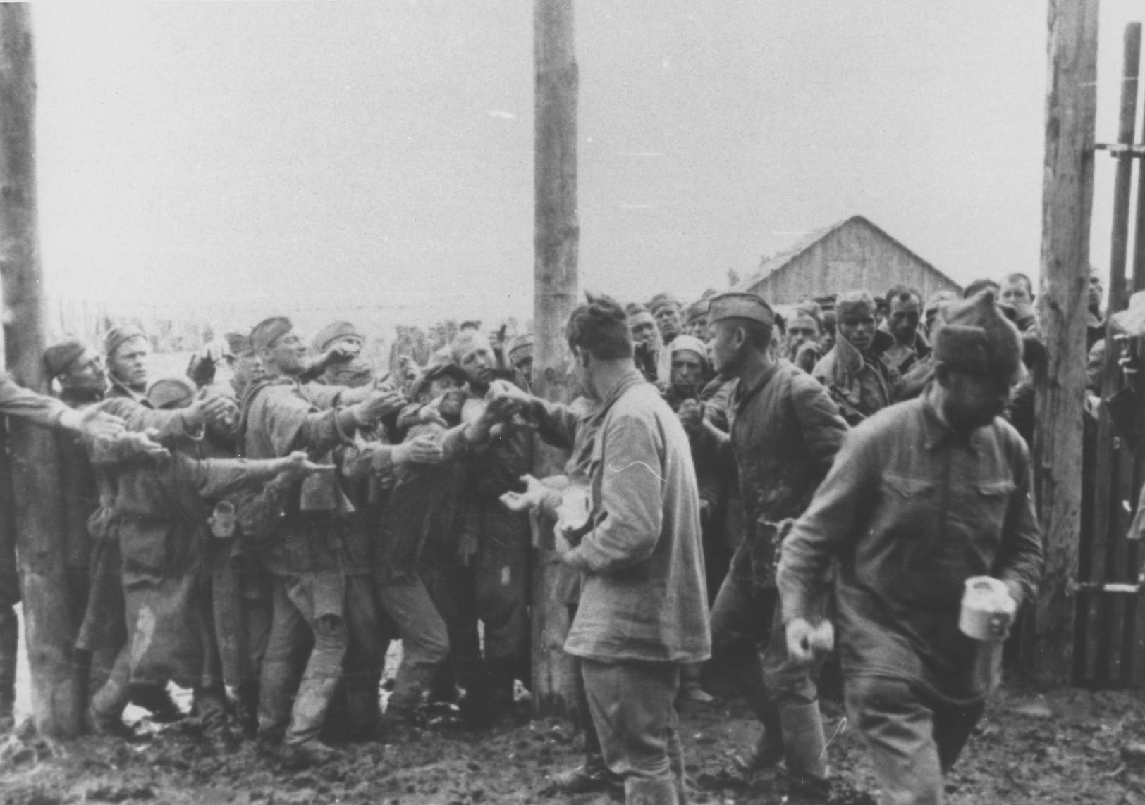 File:Bundesarchiv Bild 146-1979-113-04, Lager Winnica, gefangene Russen.jpg  - Wikimedia Commons