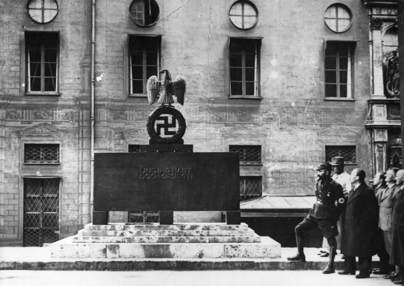 Bundesarchiv Bild 183-S11292, München, Ehrenmal in der Feldherrenhalle