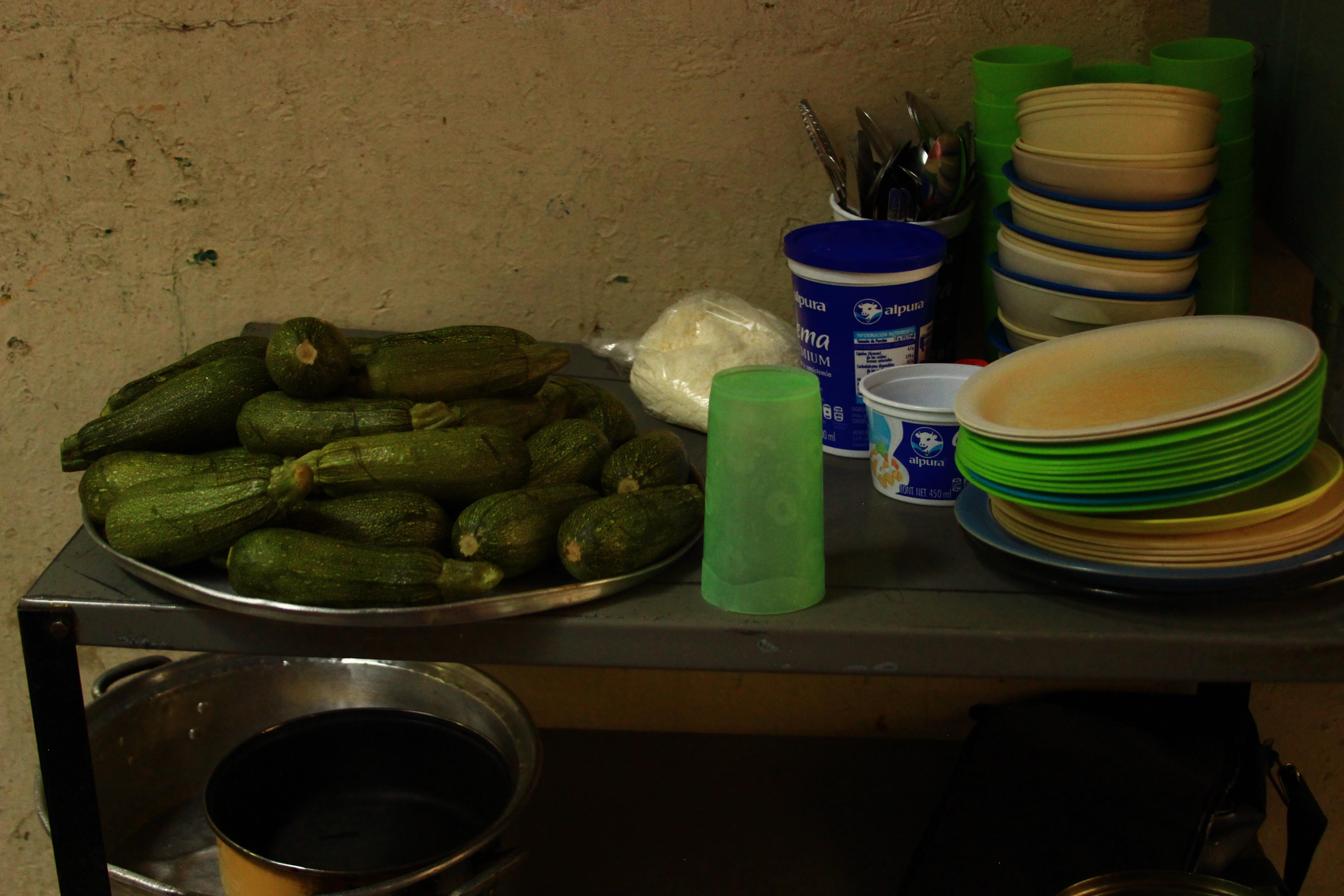 File:Calabacínes y platos de plásticos en comedor económico en ...