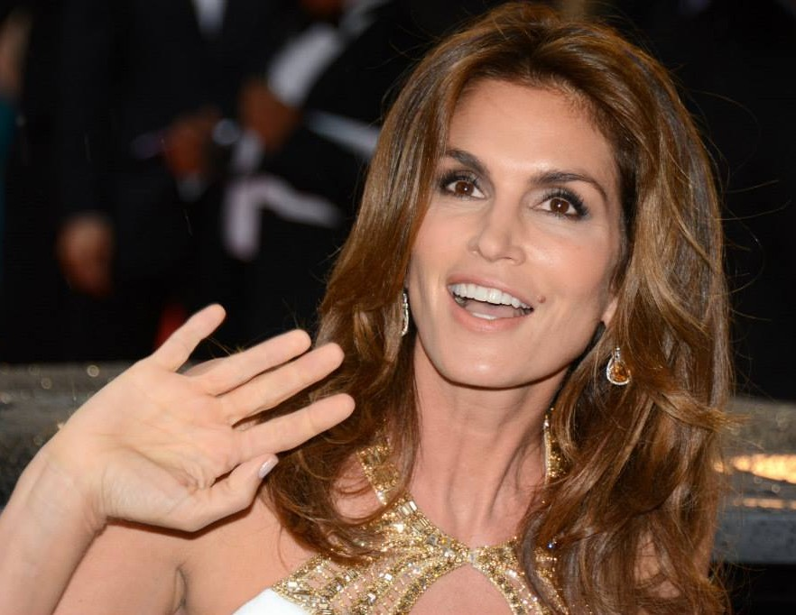 Cindy Crawford earned a unknown million dollar salary, leaving the net worth at 100 million in 2017