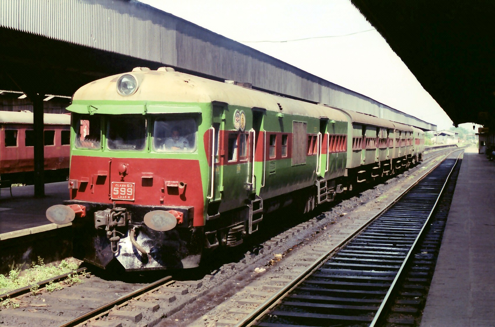 http://upload.wikimedia.org/wikipedia/commons/0/04/Colombo_Sri_Lanka_Railway_-_Train_SLR_Class_S3.jpg