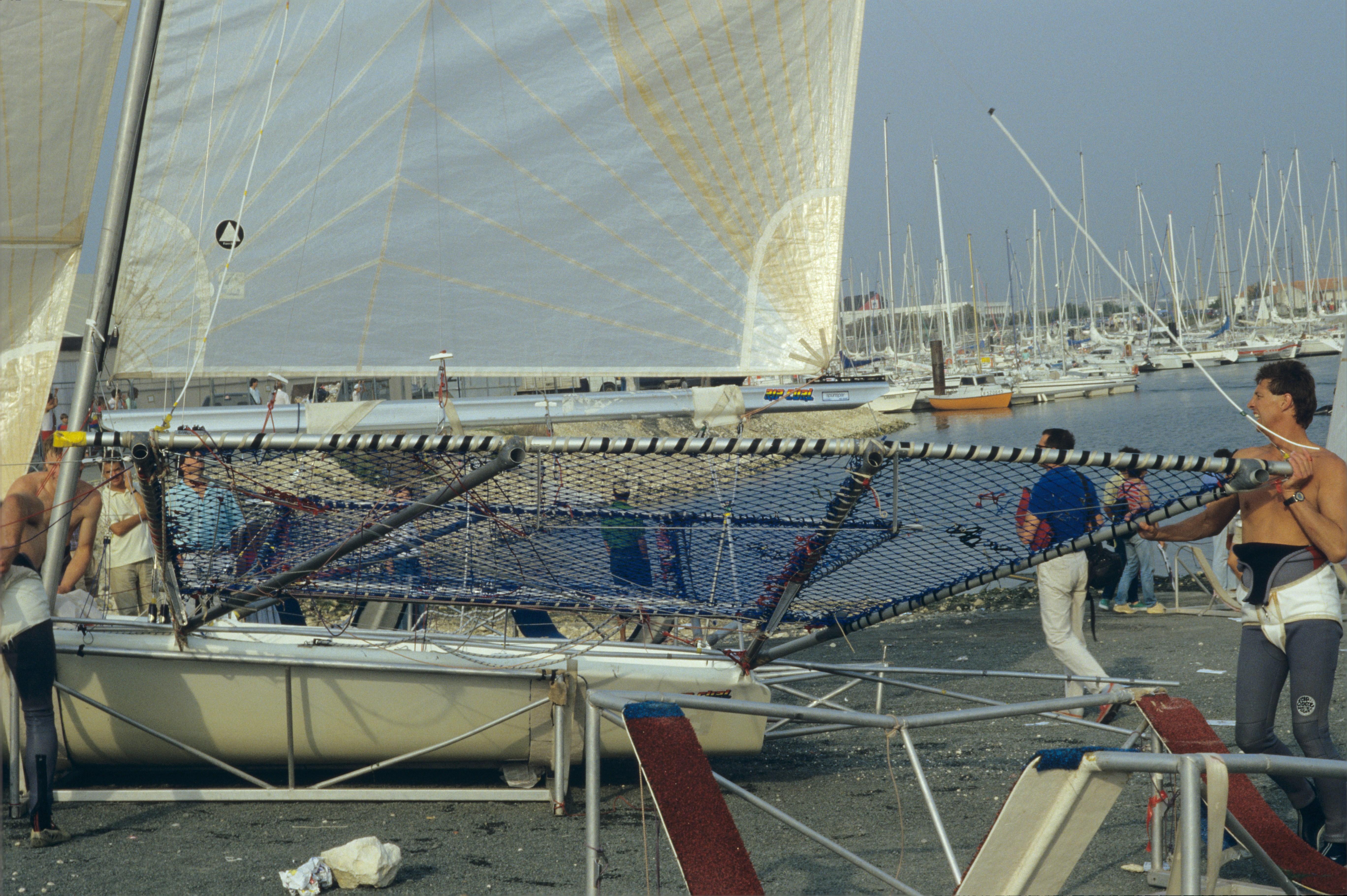 File d riveurs 18 pieds australiens au salon nautique international flot de la rochelle 1987 - La rochelle salon nautique ...