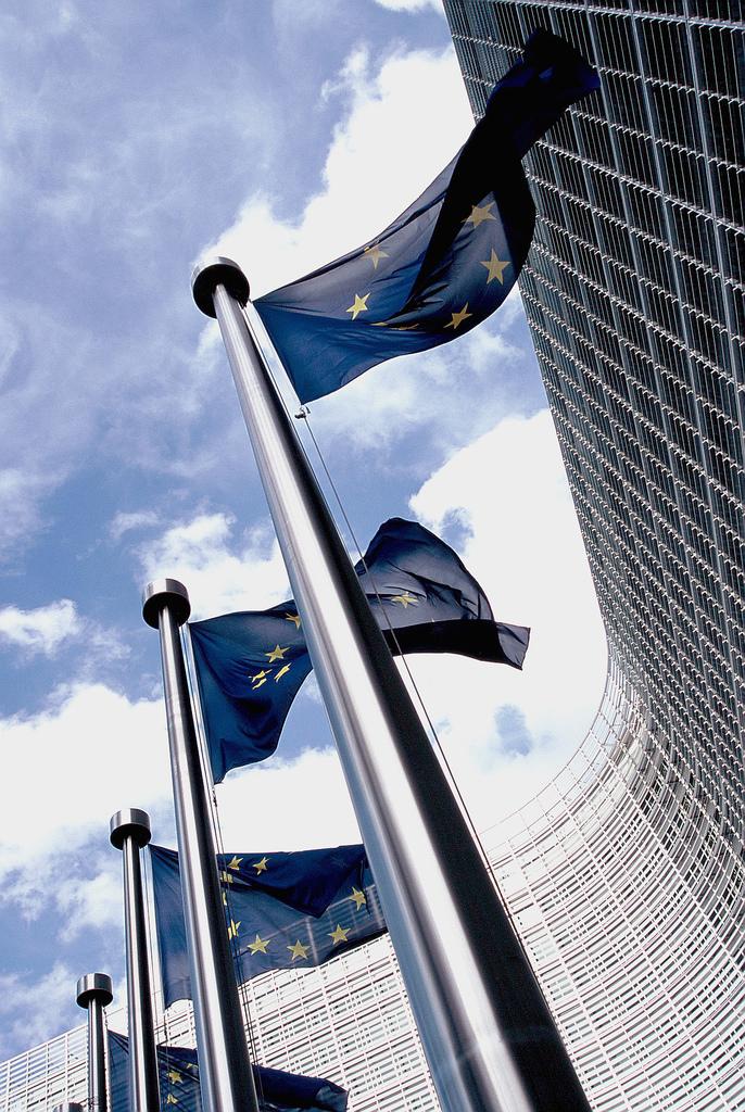 Nella foto: bandiere di fronte alla sede della Commissione europea