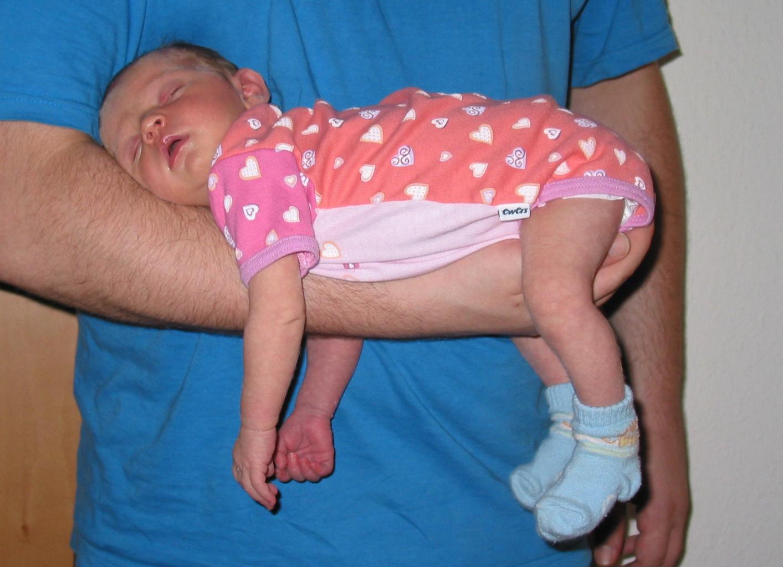 Un bébé endormi sur le bras