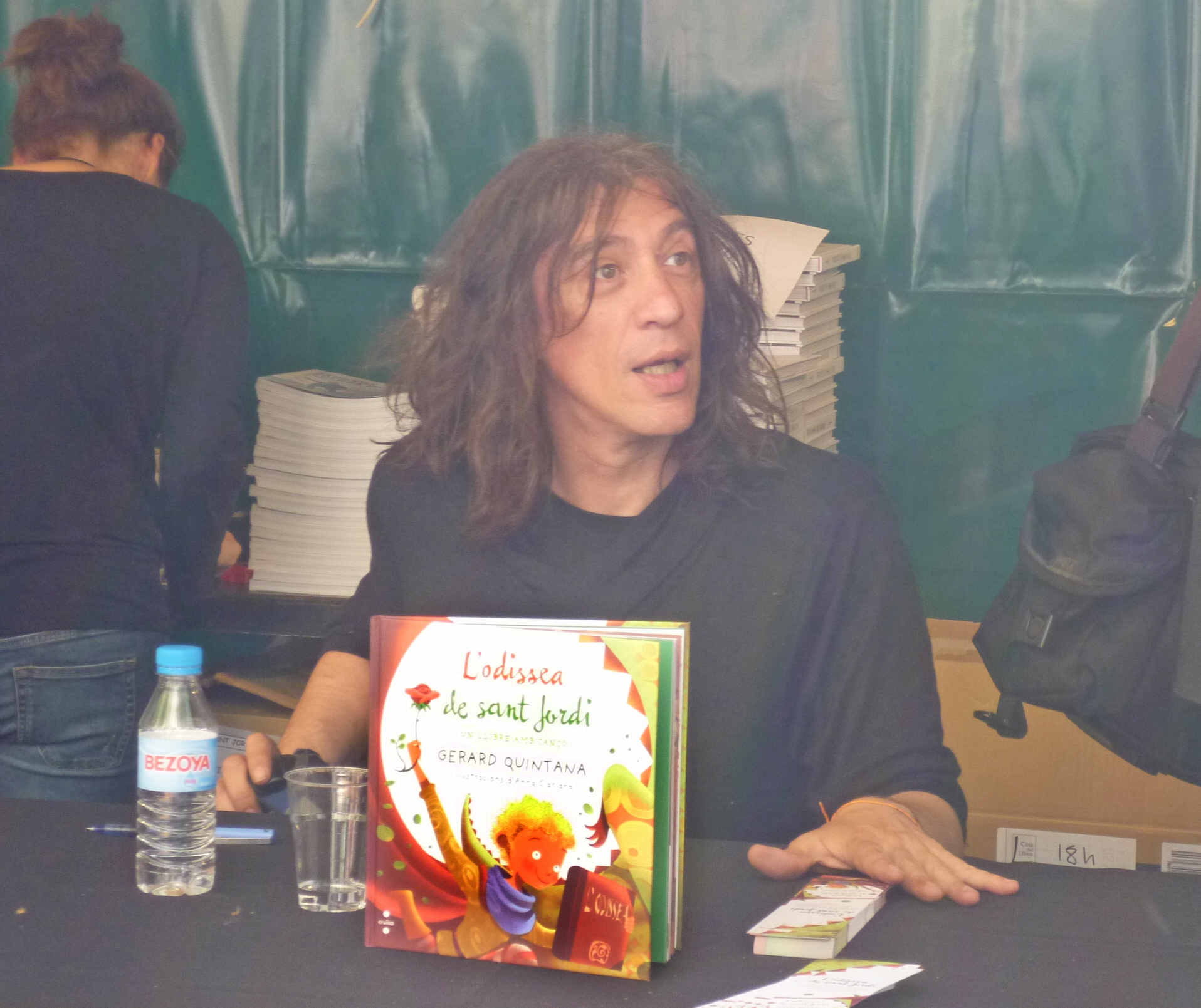 Gerard Quintana signing copies of his new book. Barcelona, April 23, 2015Quintana has a distinctive writing style; fluent, direct and full of vivid visual imagery. Although he had regularly published articles in newspapers, it was not until April 2012 that he published his first full-length book, Més enllà de les estrelles ('Beyond the stars'), a lively personal account of the 2011 tour.  It includes many autobiographical insights, and paints a picture of the complex organisation and hard work behind a rock tour.  The book is illustrated with photographs by David Julià.