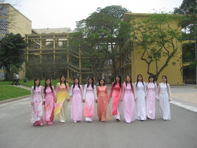 HUT students in ao dai