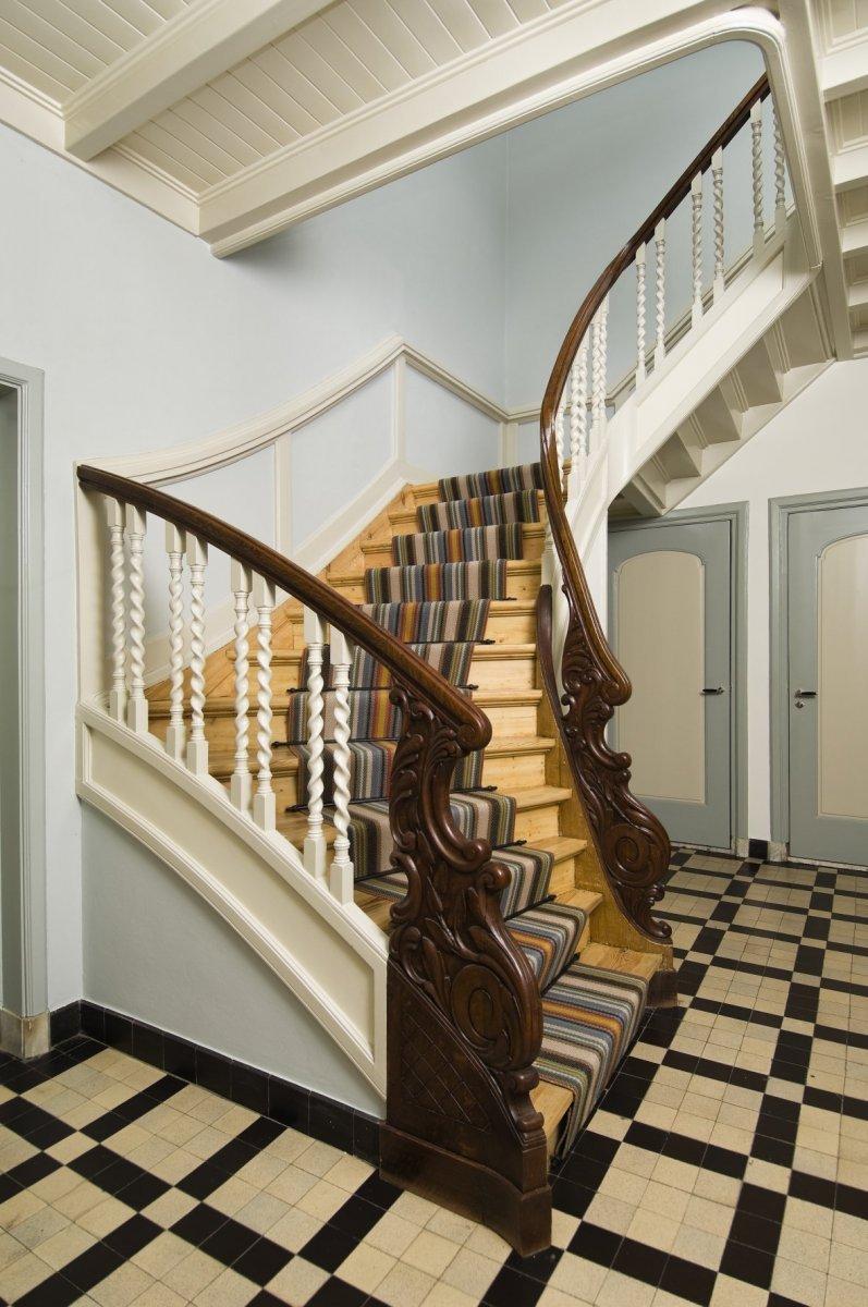 File interieur overzicht hal met houten trap met trapbomen joppe 20530071 - Interieur houten trap ...