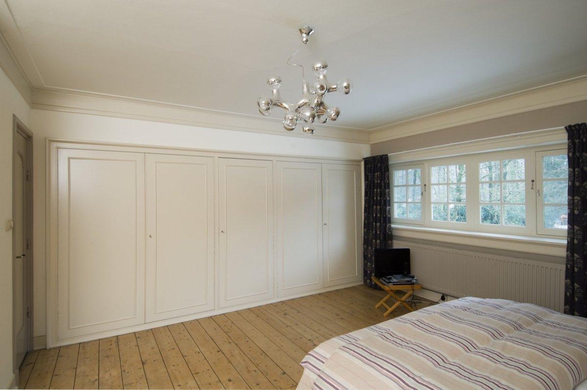 bestandinterieur voorzijde van slaapkamer op de eerste verdieping met kastenwand joppe