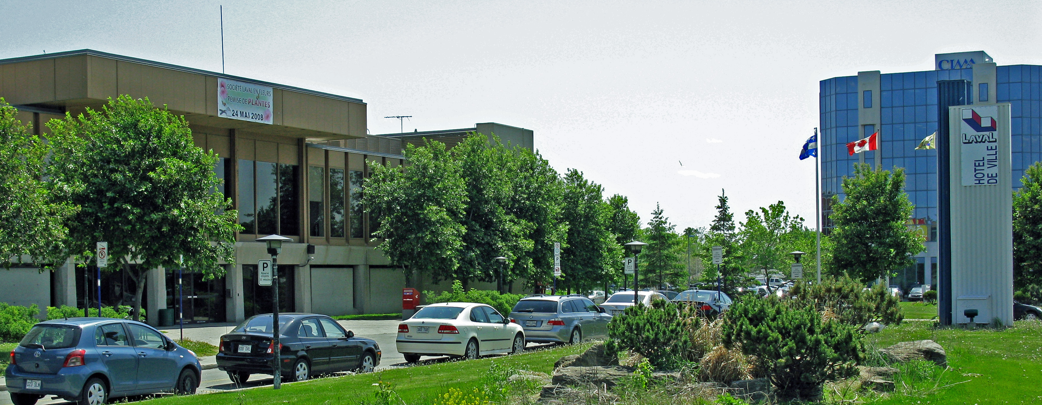 File laval city hall edited jpg wikimedia commons for Piscine laval