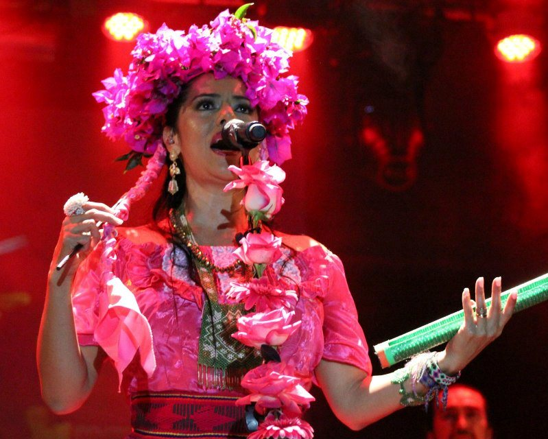 "'''Lila Downs''' durante el ""Pecados y Milagros World Tour"" en 2012."