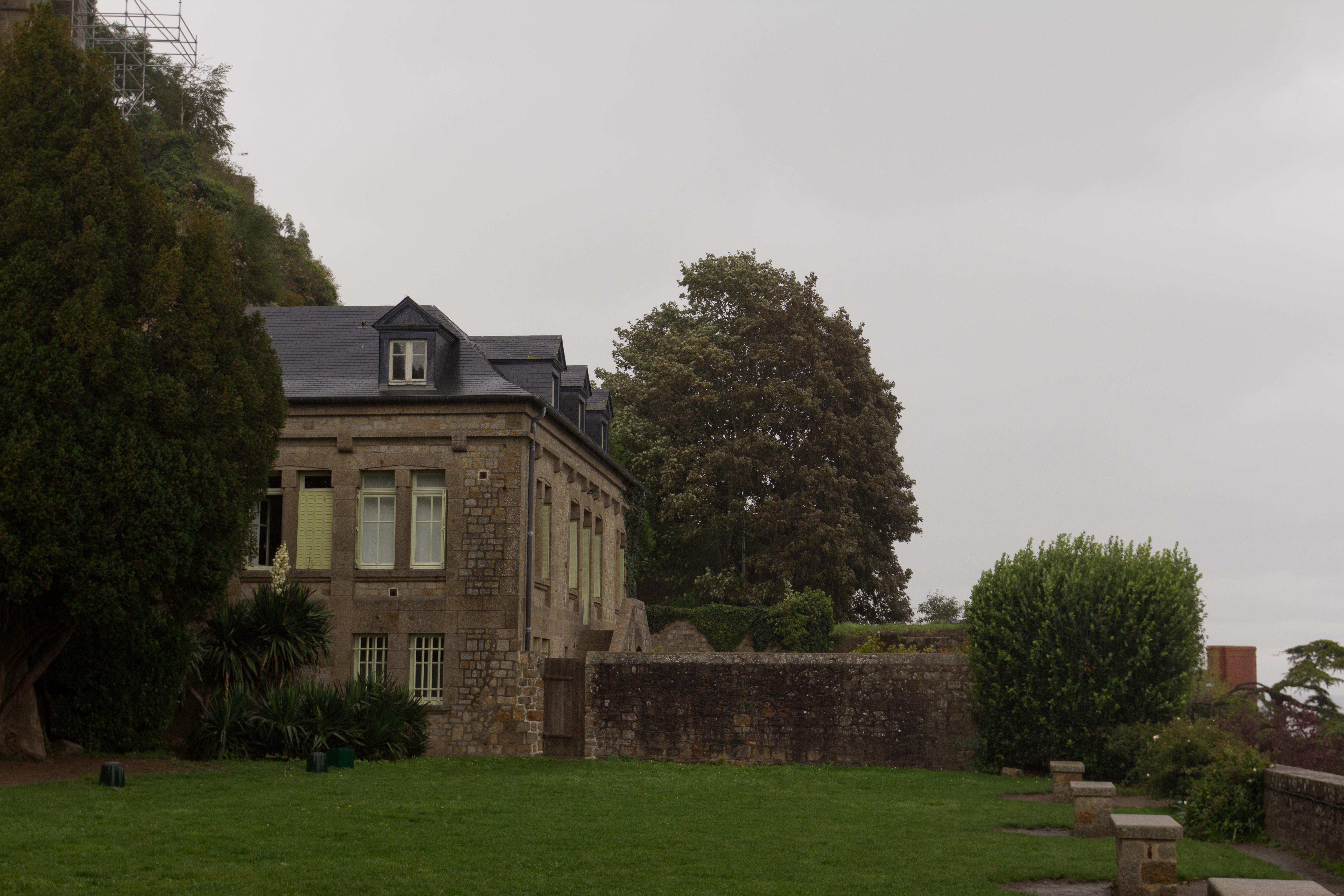 File logis et jardins sainte catherine sous la pluie le for Au jardin st michel pontorson