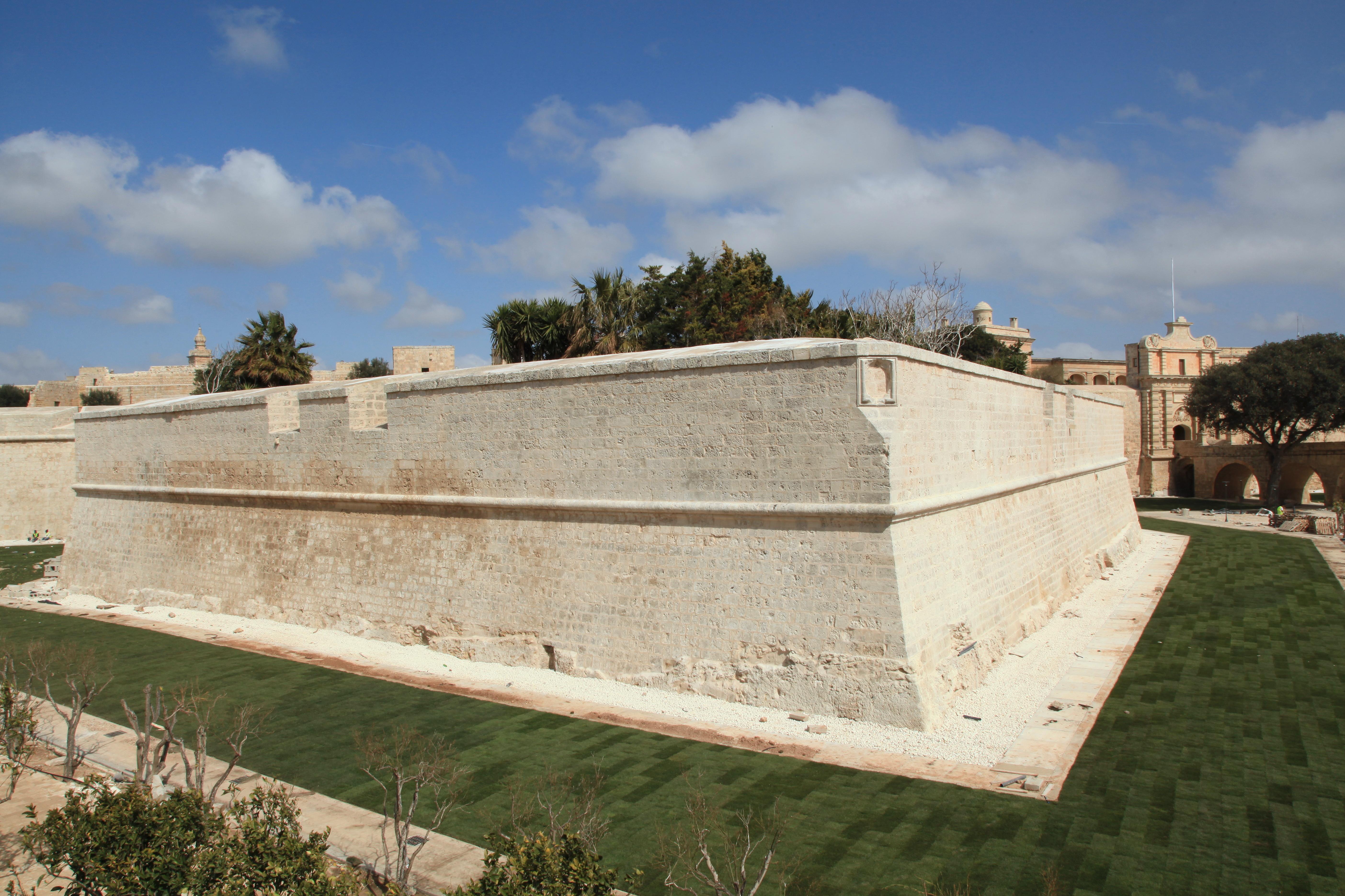 File:Malta - Mdina - City wall+ditch 01 ies.jpg ...