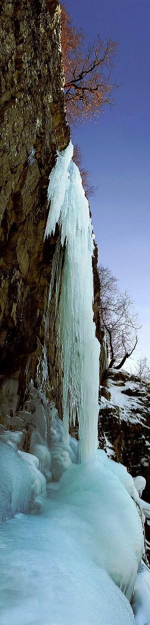 Vereister Wasserfall an einer Felswand in der Rhön