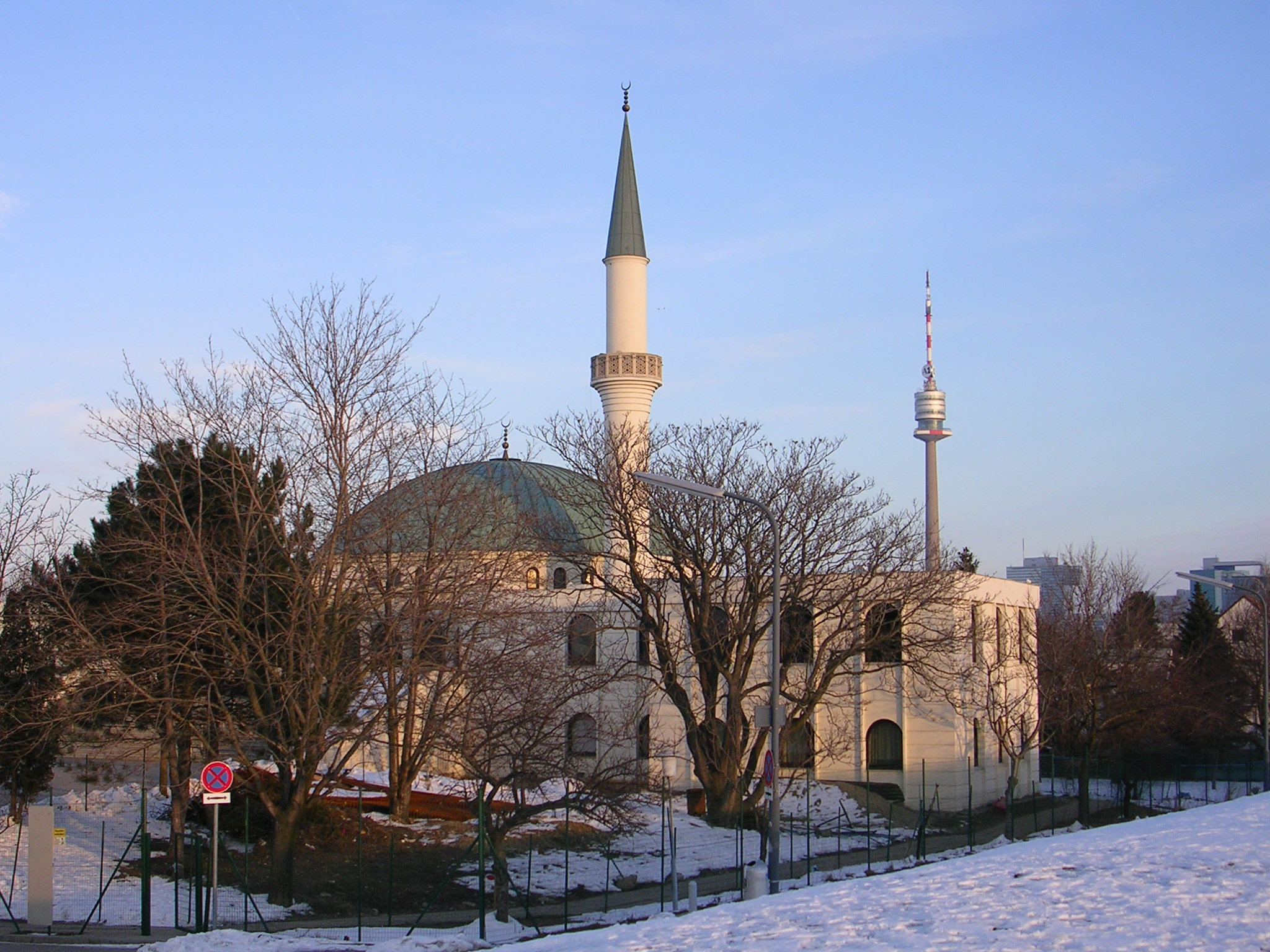 http://upload.wikimedia.org/wikipedia/commons/0/04/Moschee_Wien.jpg
