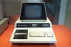 El primer Commodore PET, el PET 2001 (1977). Nótese el grabador de casete y el teclado tipo calculadora.