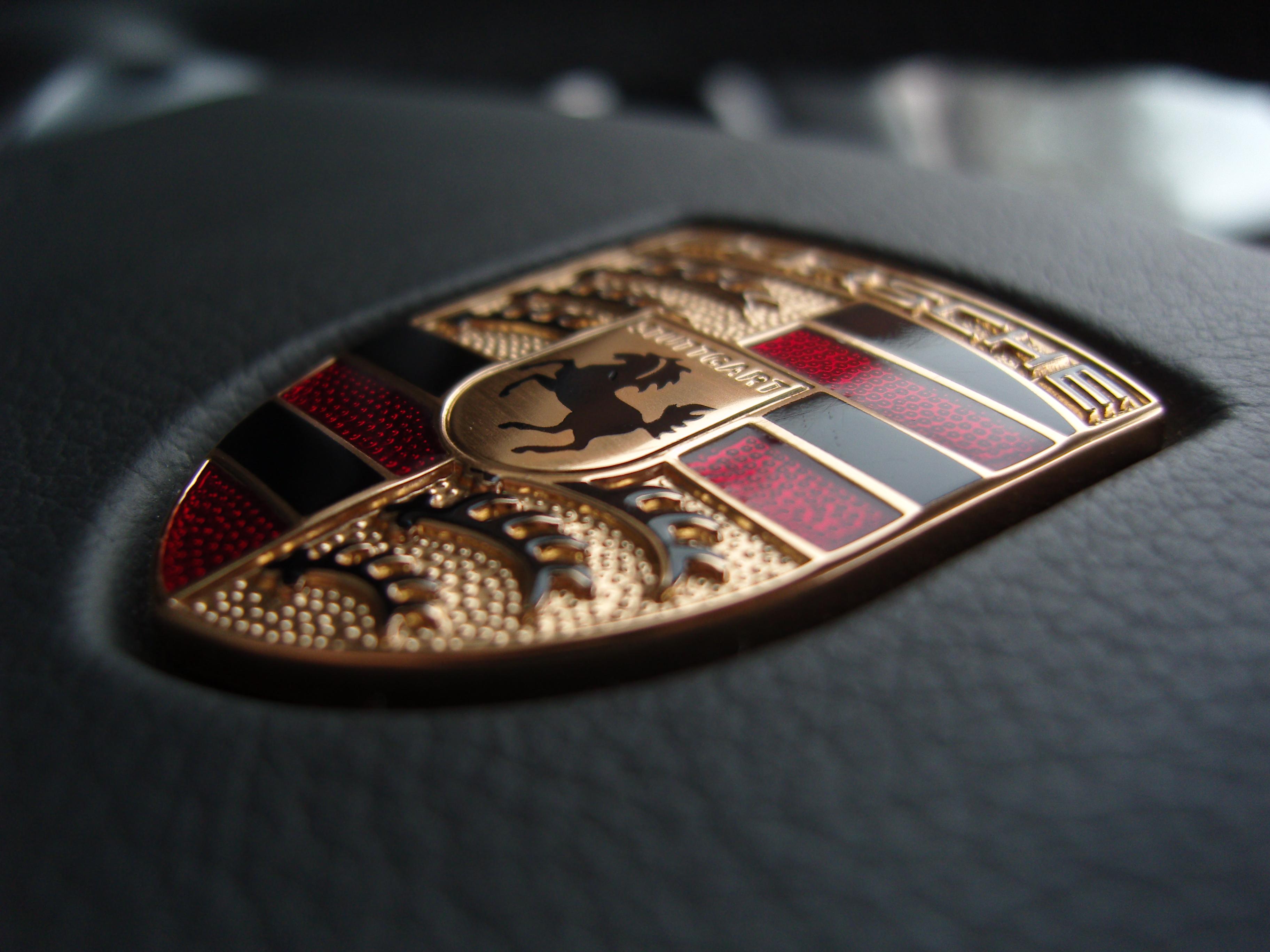 File Porsche Emblem On A Steering Wheel Jpg Wikimedia Commons