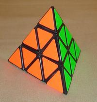 Description de l'image Pyraminx solved.jpg.