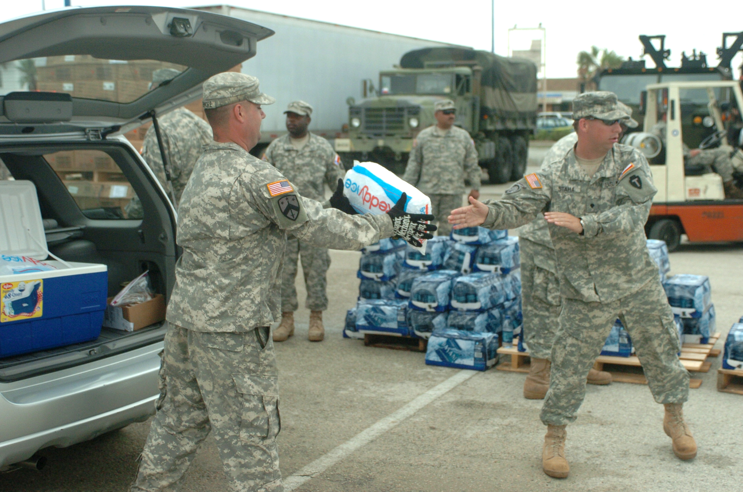 FileSoldiers Help Hurricane Ike Victims DVIDS115754