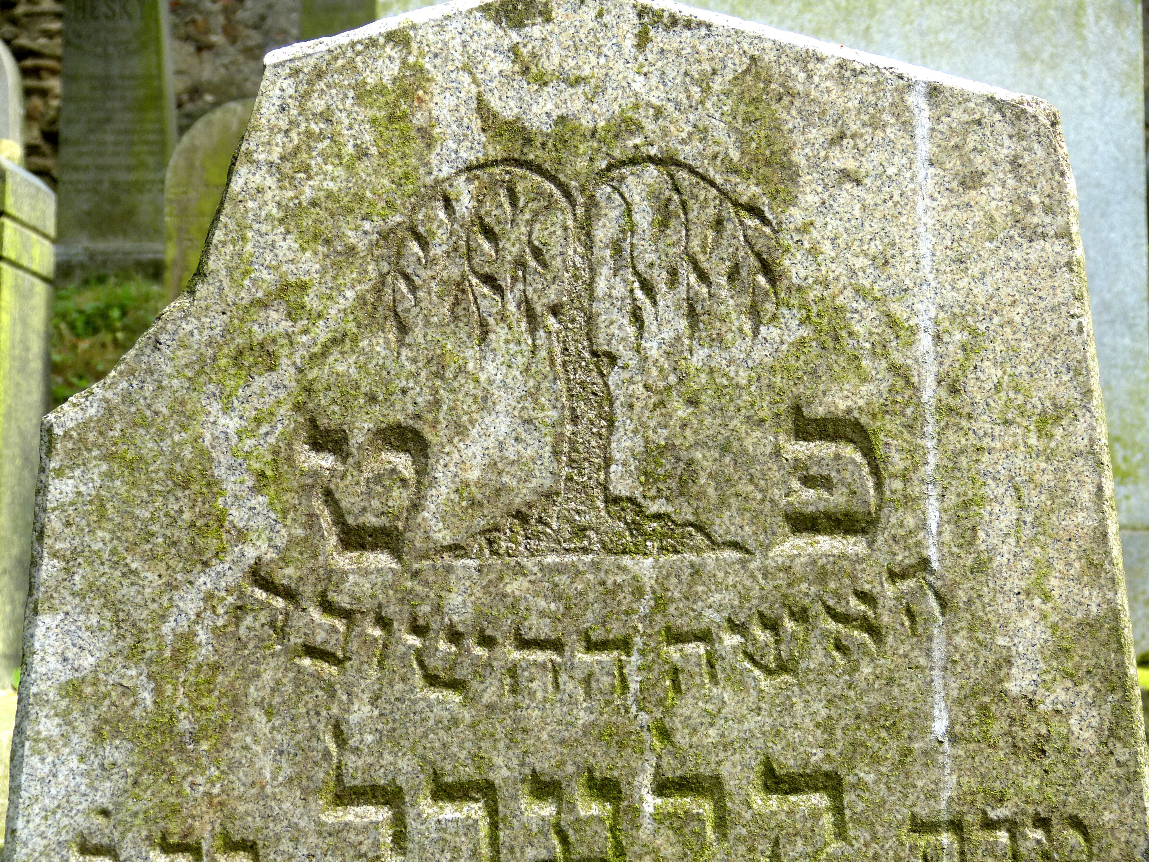 A gravestone bearing the image of the willow.