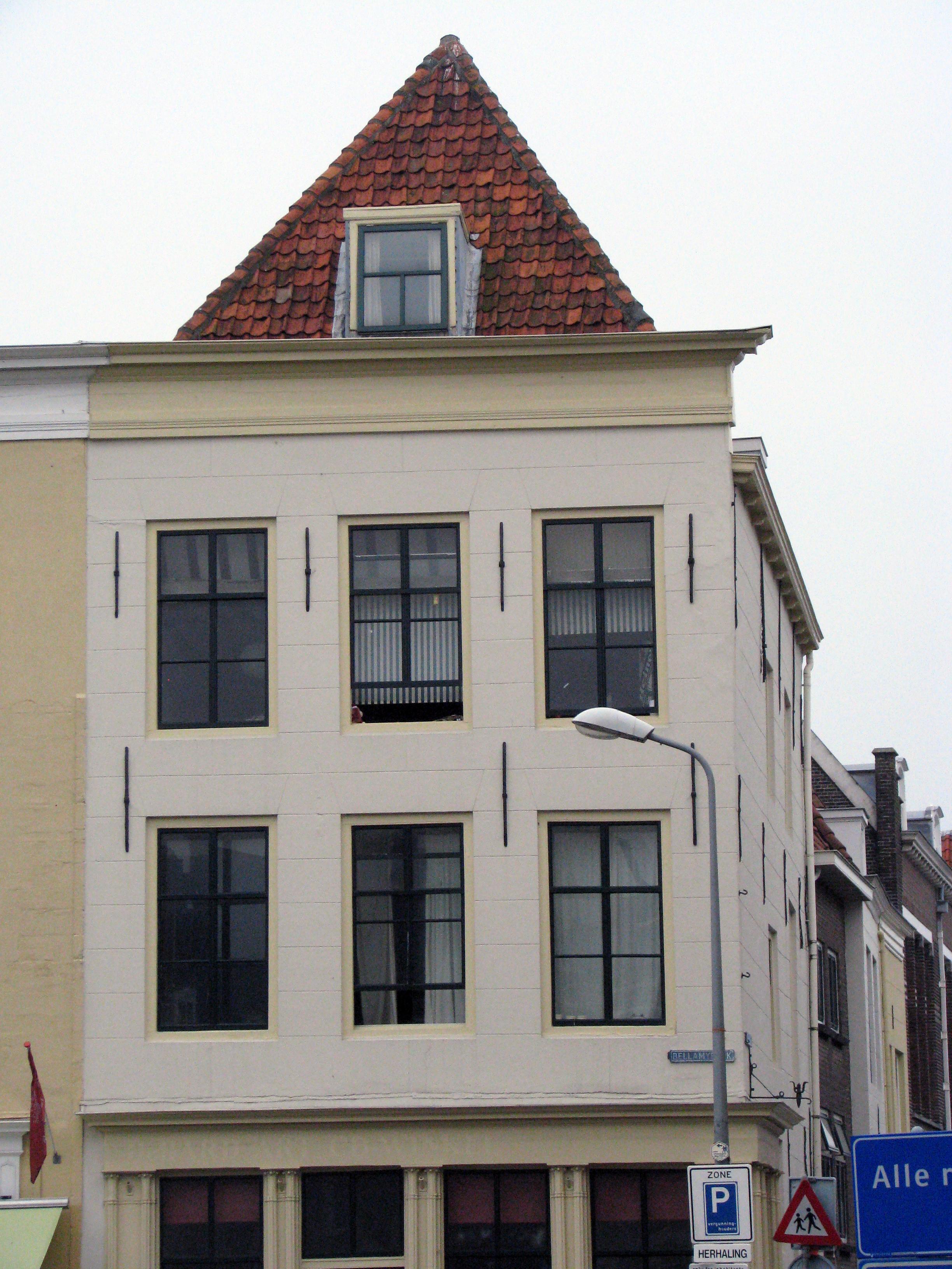 Huis met gepleisterde lijstgevel en dakkapel staafankers for Lijst inrichting huis