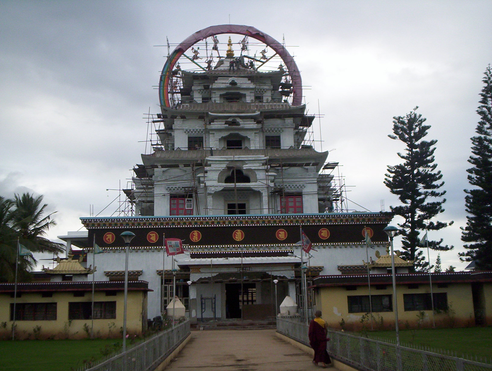 Kushalnagar India  city photo : 1632 px Buddhist Temple Kushalnagar Entrance Wikimedia ...