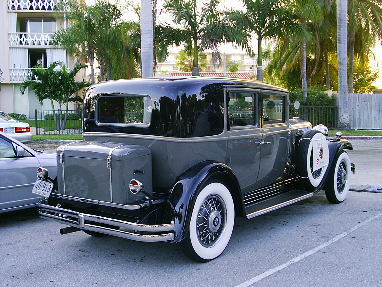 File 1931 nash ambassador sedan wikimedia commons for 1927 nash 4 door sedan