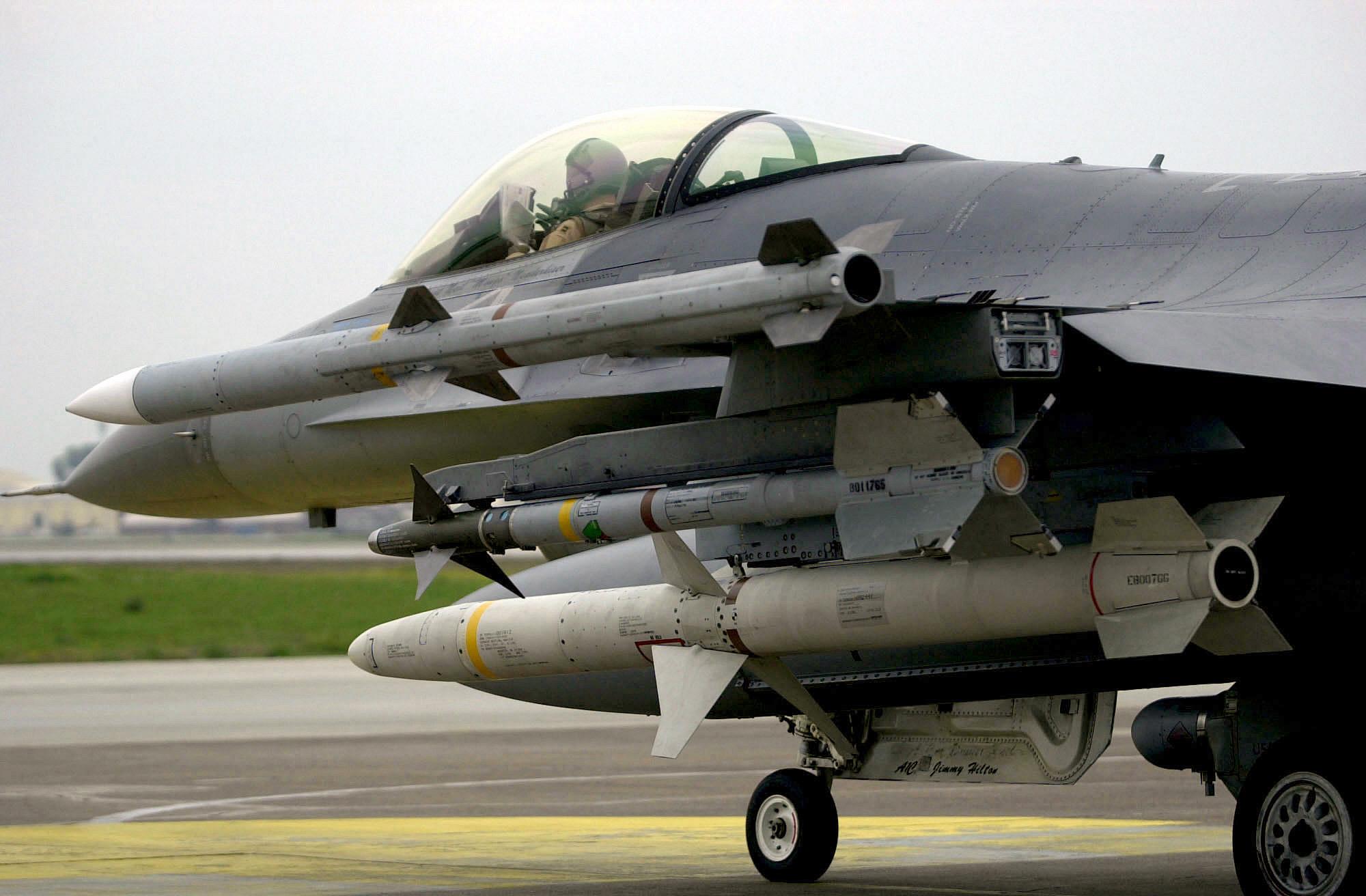 مصر تمتلك صاروخ AGM-88 HARM منذ 2002 AIM-9_AIM-120_and_AGM-88_on_F-16C