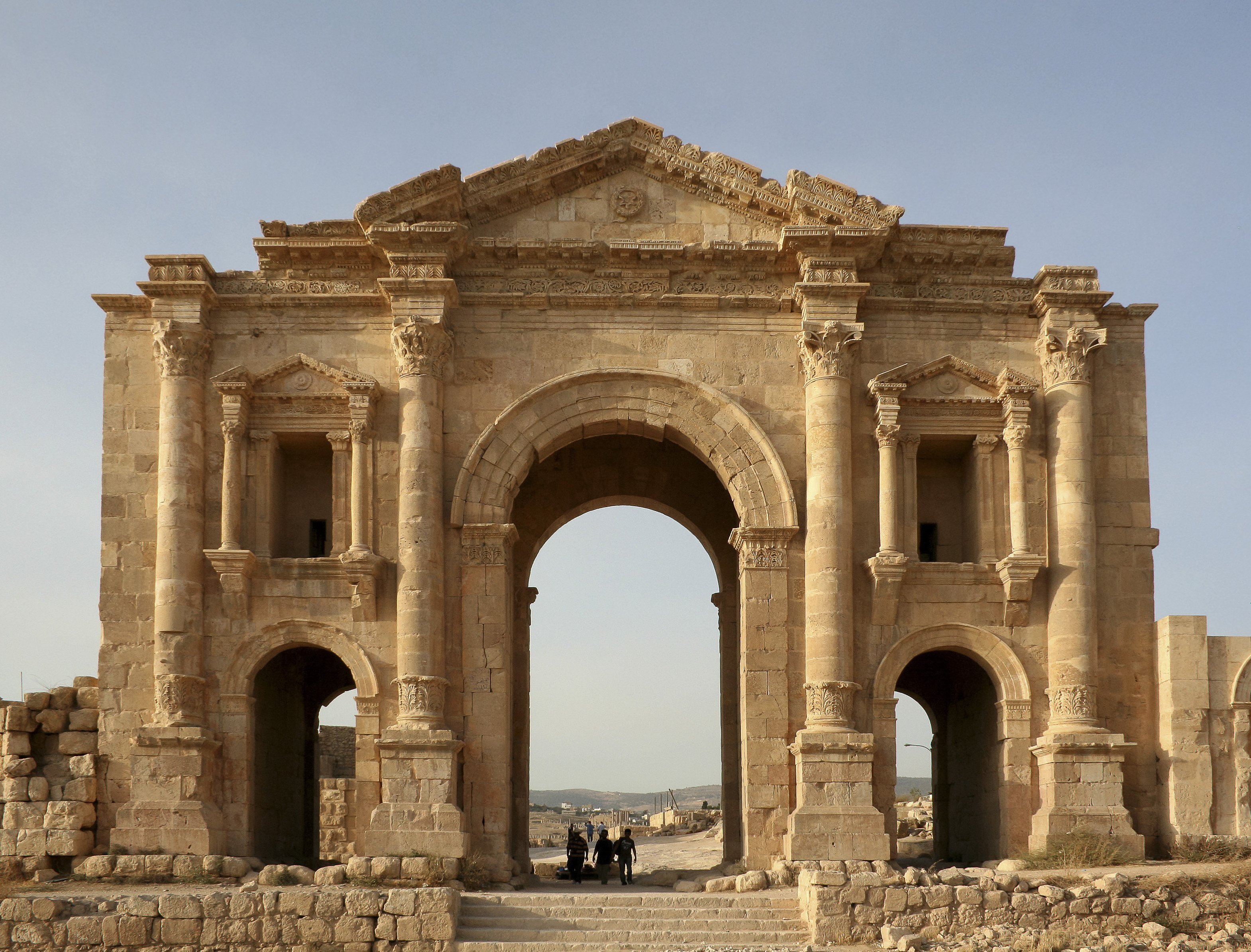 File:Arch of Hadrian, Jerash, Jordan2.jpg - Wikimedia Commons