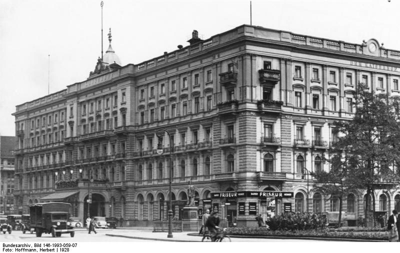 Wilhelmplatz, Hotel Kaiserhof Bundesarchiv, Bild 146-1993-059-07 / Hoffmann, Herbert / CC-BY-SA 3.0 [CC BY-SA 3.0 de (https://creativecommons.org/licenses/by-sa/3.0/de/deed.en)], via Wikimedia Commons